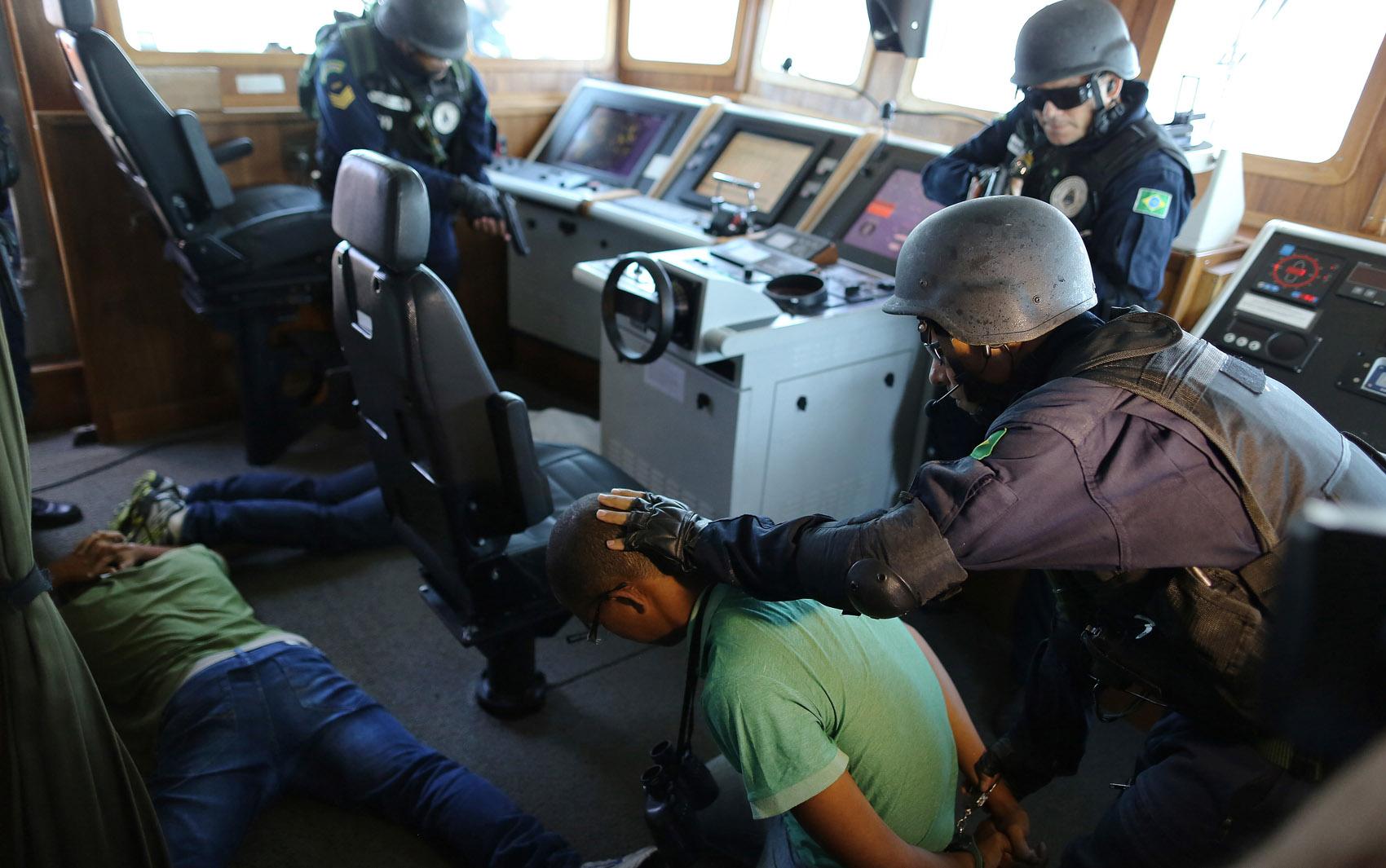 Fuzileiros Navais participam de treinamento em um navio na Baía de Guanabara, no Rio de Janeiro. As operações são realizadas nesta semana em preparação para a Copa do Mundo.