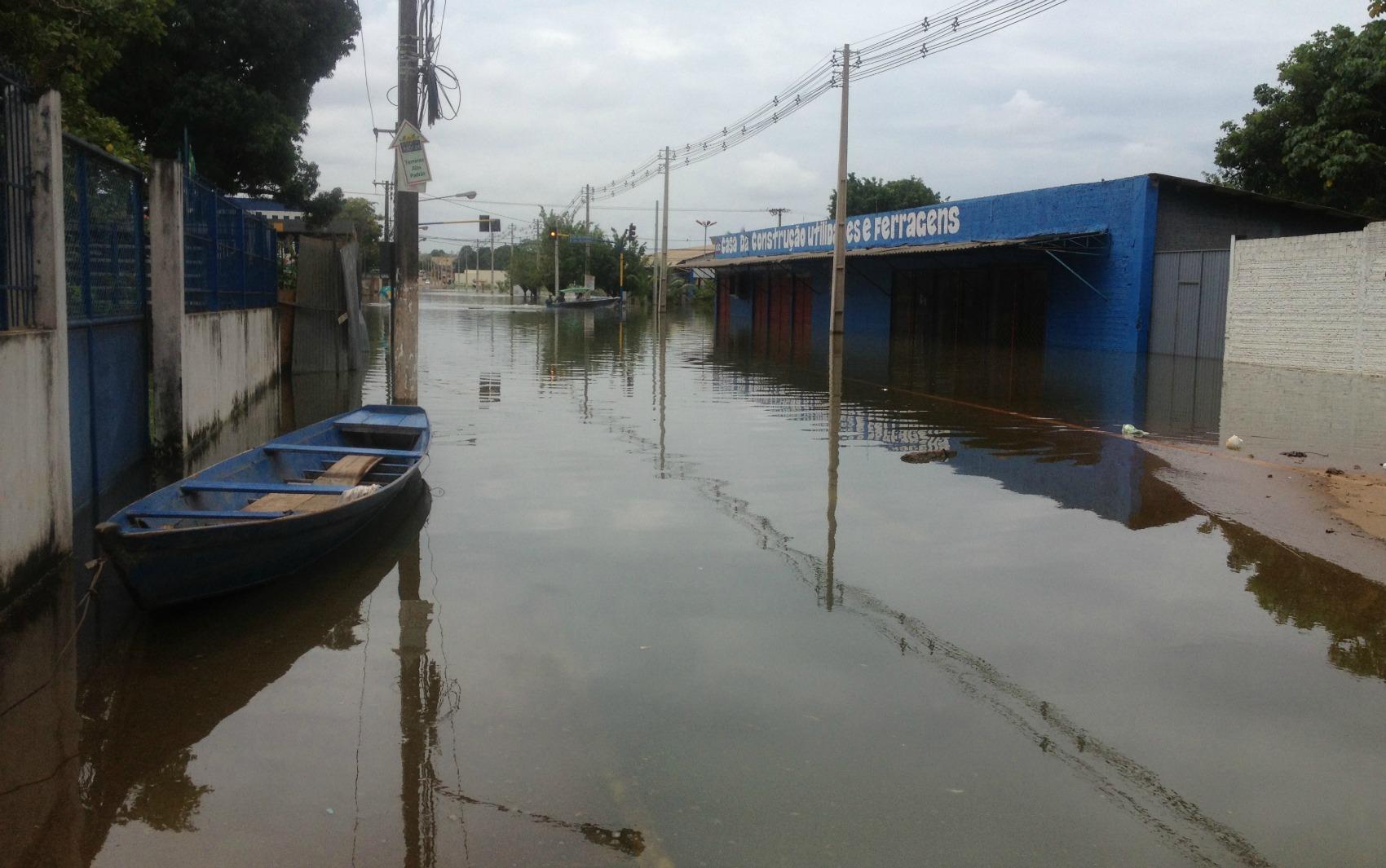 Parte da Avenida Rogério Weber, em Porto Velho, está alagada