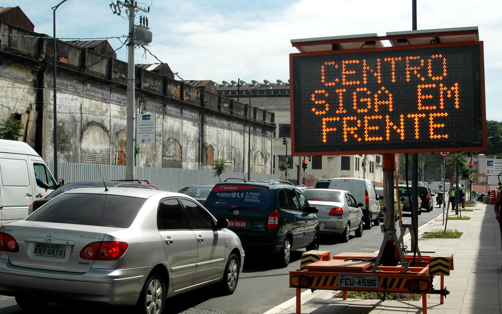 Trânsito lento na saída do Túnel da Via Binário na manhã desta quinta-feira (20), sentido Centro