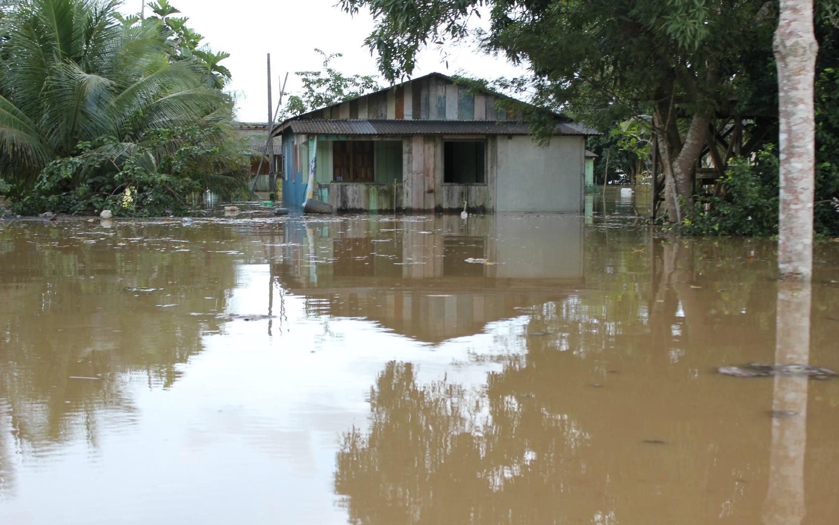 Casa foi tomada por água do rio na Comunidade São Sebastião