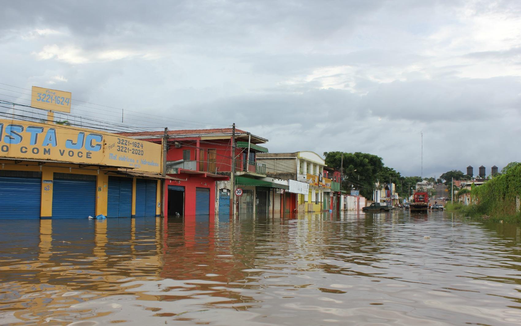 Comércios tomados pela enchente na Avenida Rogério Weber