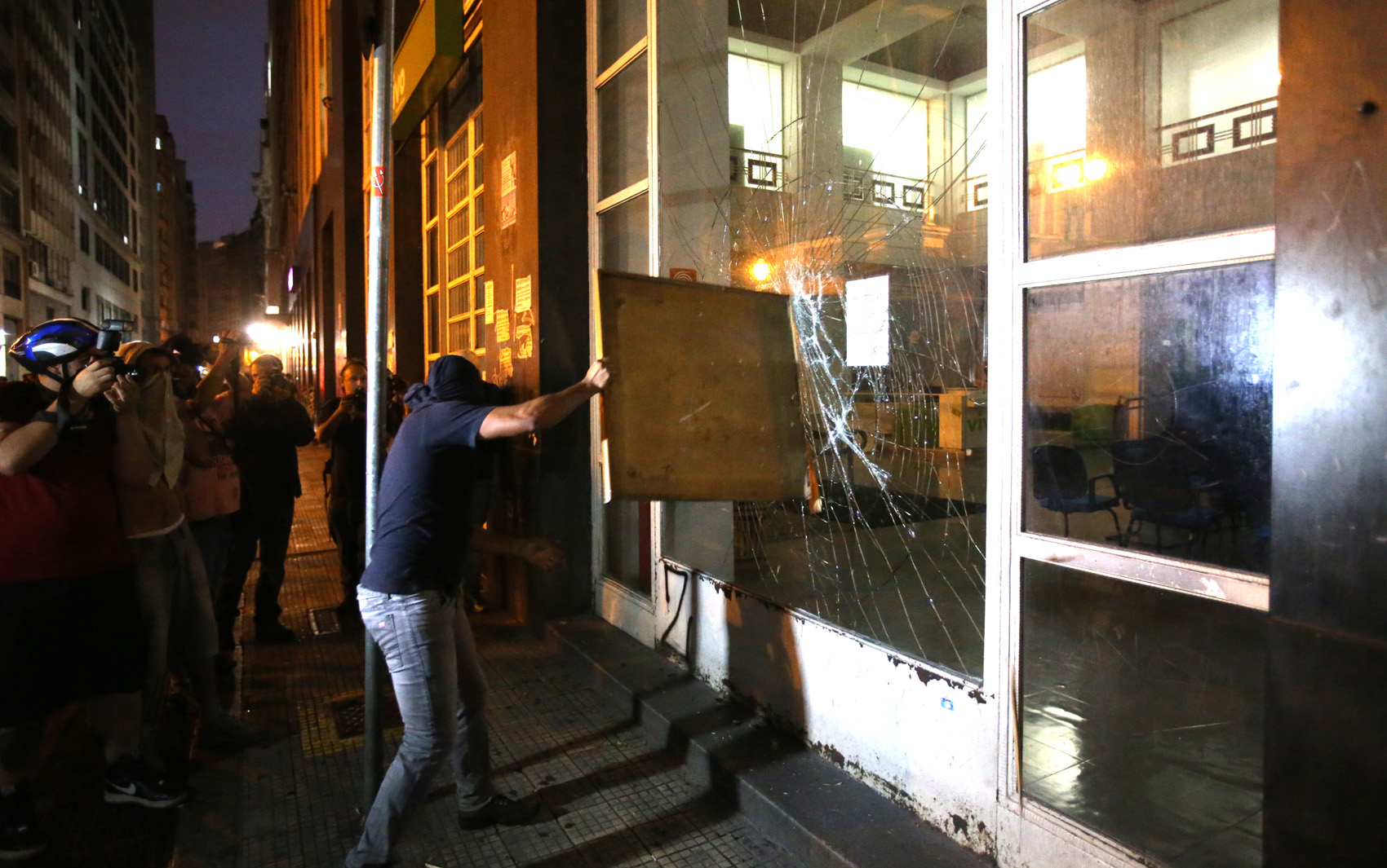 Mascarado quebra fachada de banco no centro de SP