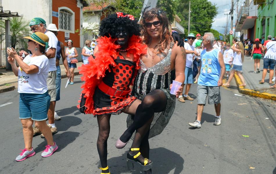 Desfile da Banda da Sapucaia abriu a programação do carnaval de Piracicaba em 2014; evento reuniu 30 mil foliões, segundo a Polícia Militar