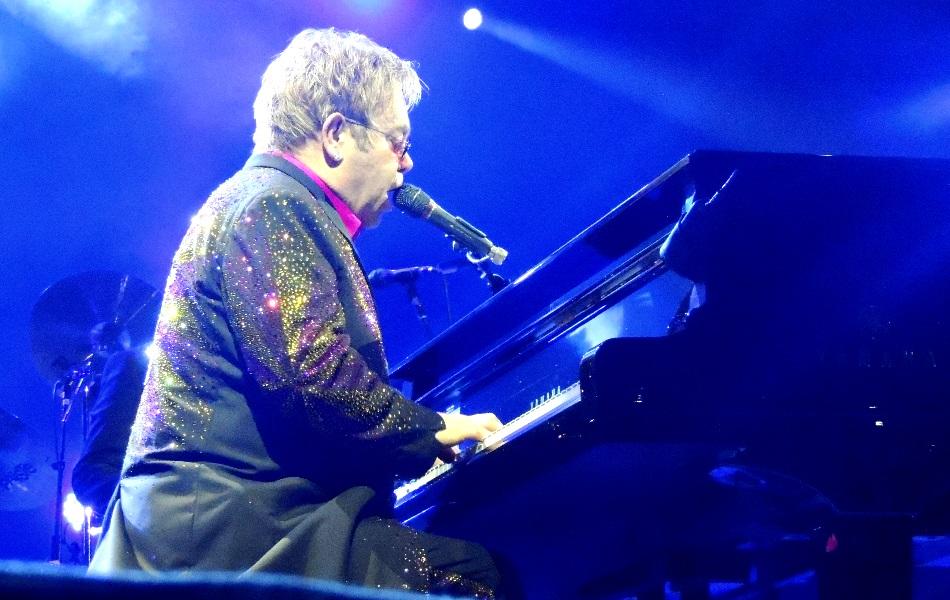 Elton John encanta o público ao tocar piano em Goiânia