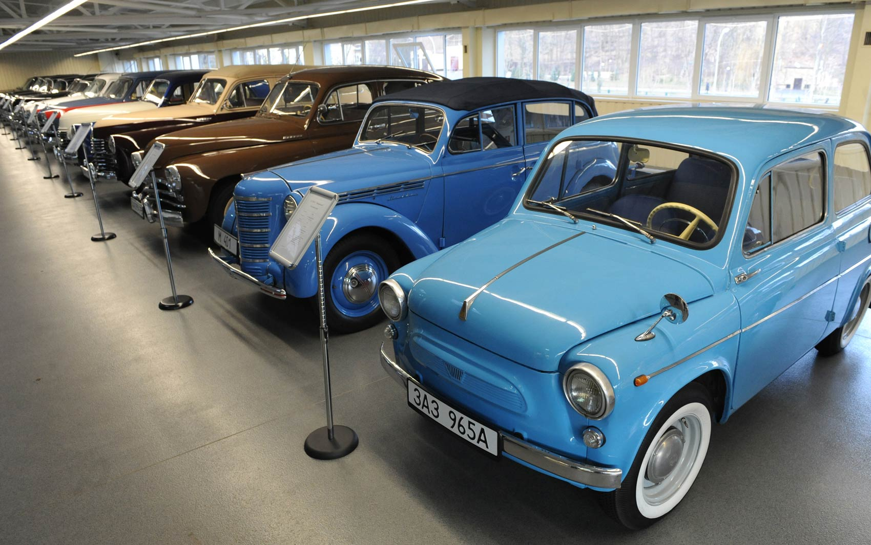 Coleção de carros antigos é vista na garagem da Mezhyhirya, residência do presidente deposto Viktor Yanukovich, perto de Kiev