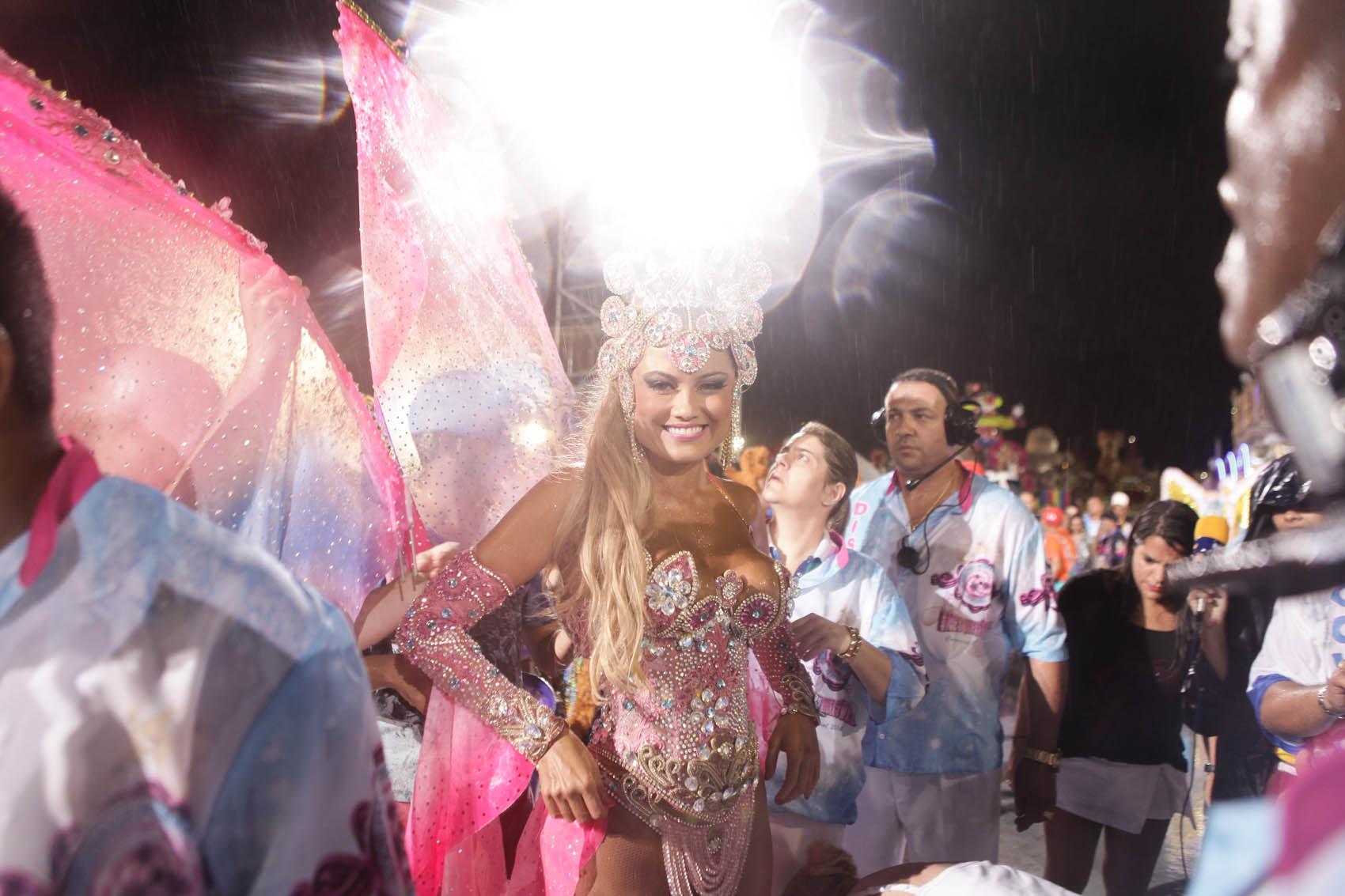 RosaEllen Rocche, rainha de bateria da Rosas de Ouro, na concentração antes do desfile