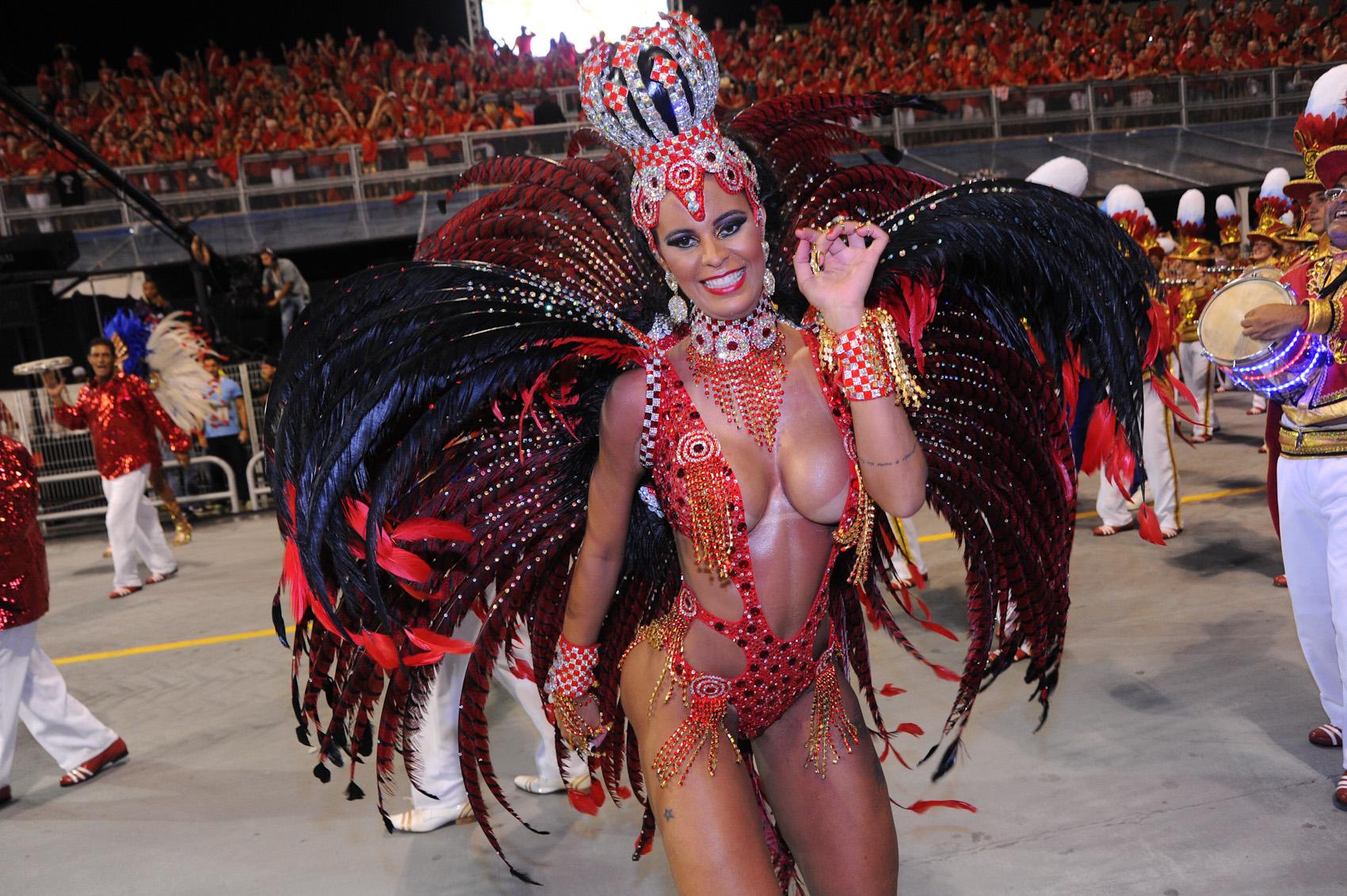Lorena Bueri, modelo e madrinha de bateria, no desfile da Pérola Negra.