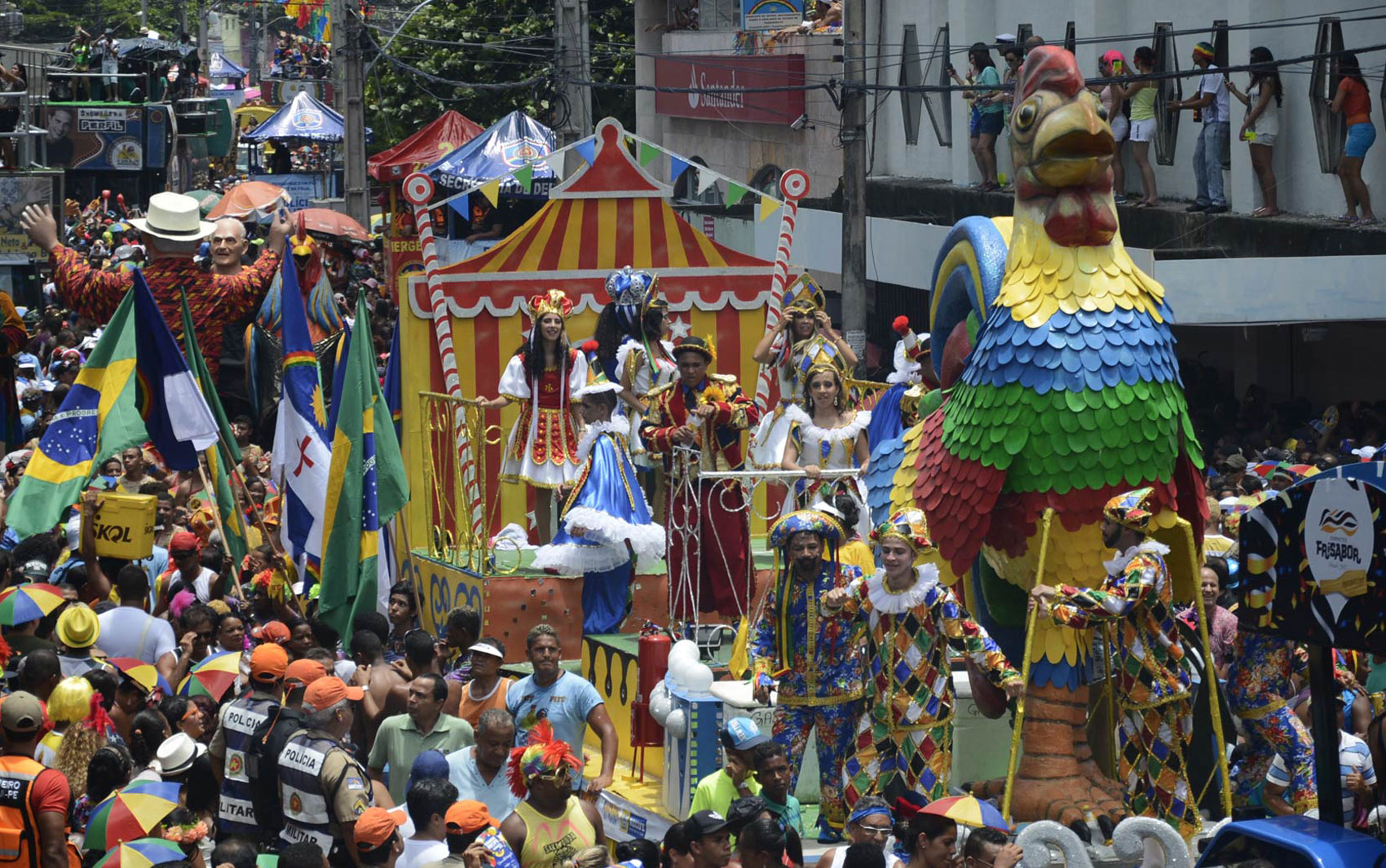 Multidão segue carros alegóricos no desfile do Galo, no Centro do Recife