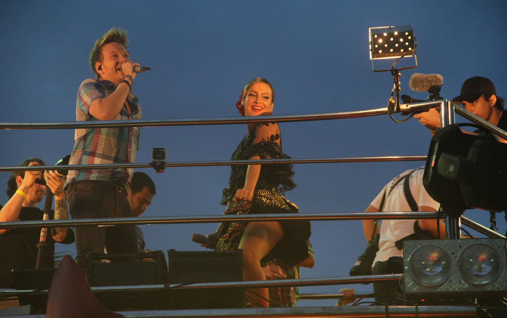 Claudia Leitte dança funk enquanto Michel Teló canta no Carnaval de Salvador