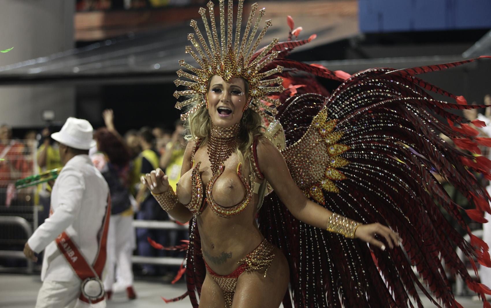 A diva da escola, Andressa Urach, se apresenta na avenida.