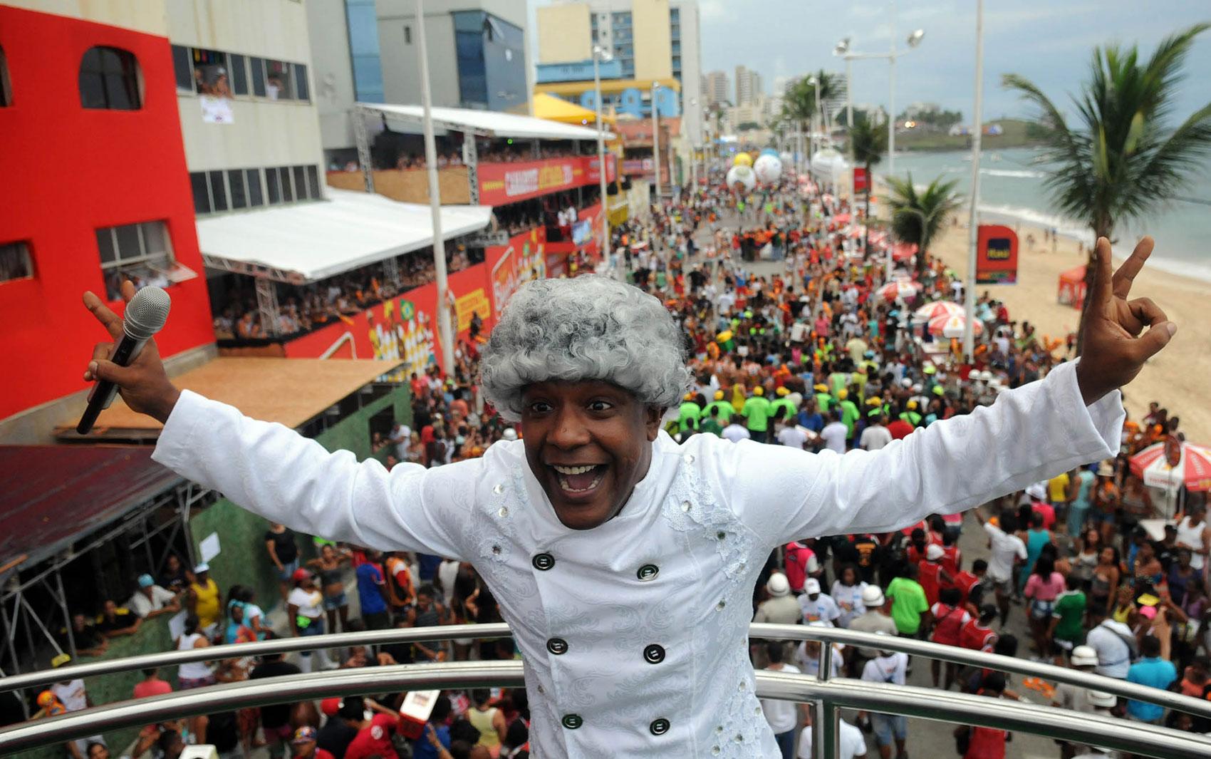 Márcio Victor anima os foliões no Carnaval de Salvador (Foto: Angelo Pontes/ Agecom)