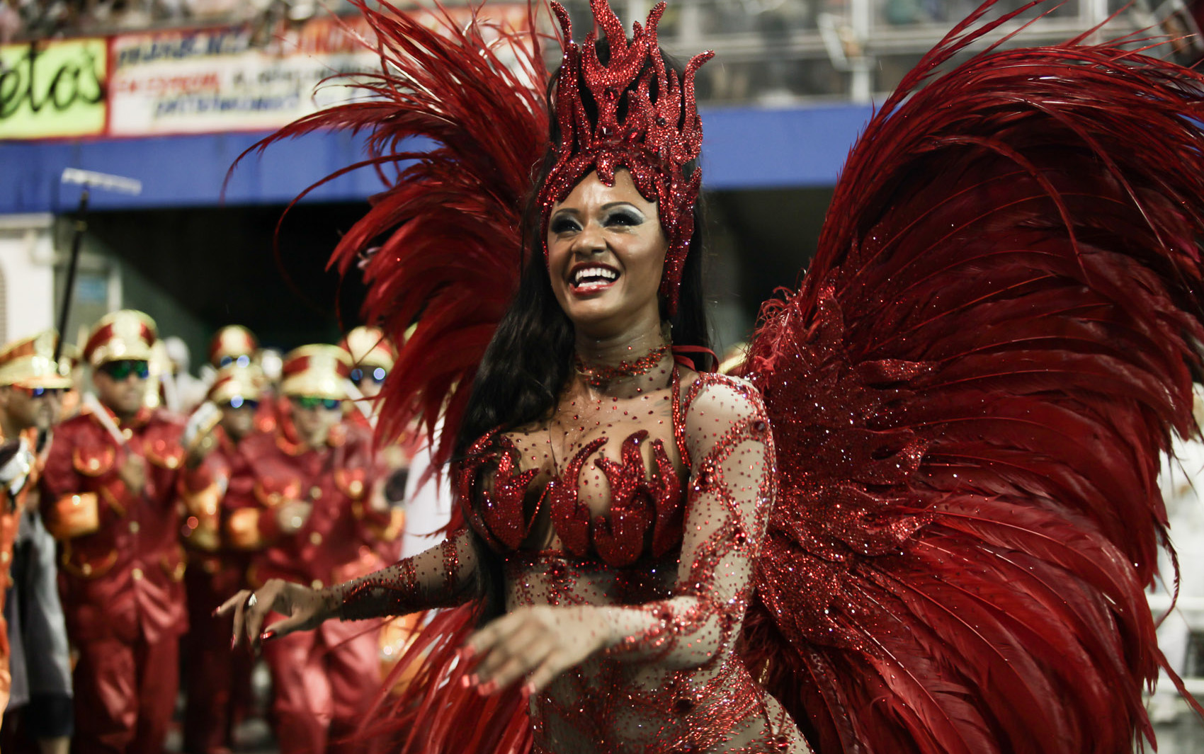 Rainha de bateria da Vai-Vai, Camila Silva mostrou muita simpatia na hora de sambar
