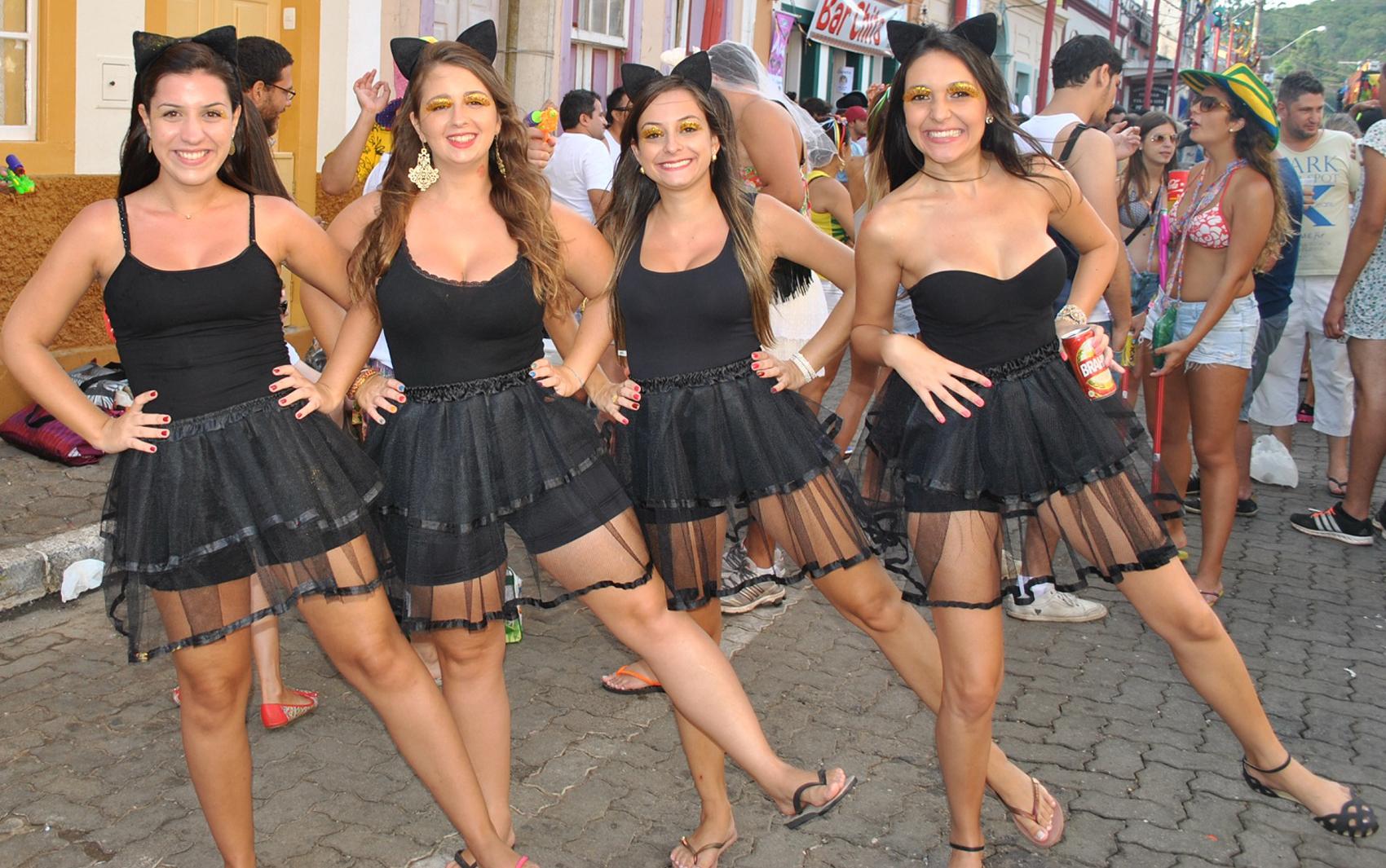 Amigas de Taubaté se inspiraram nos emoticons do whatsapp para compor fantasia em São Luiz do Paraitinga.