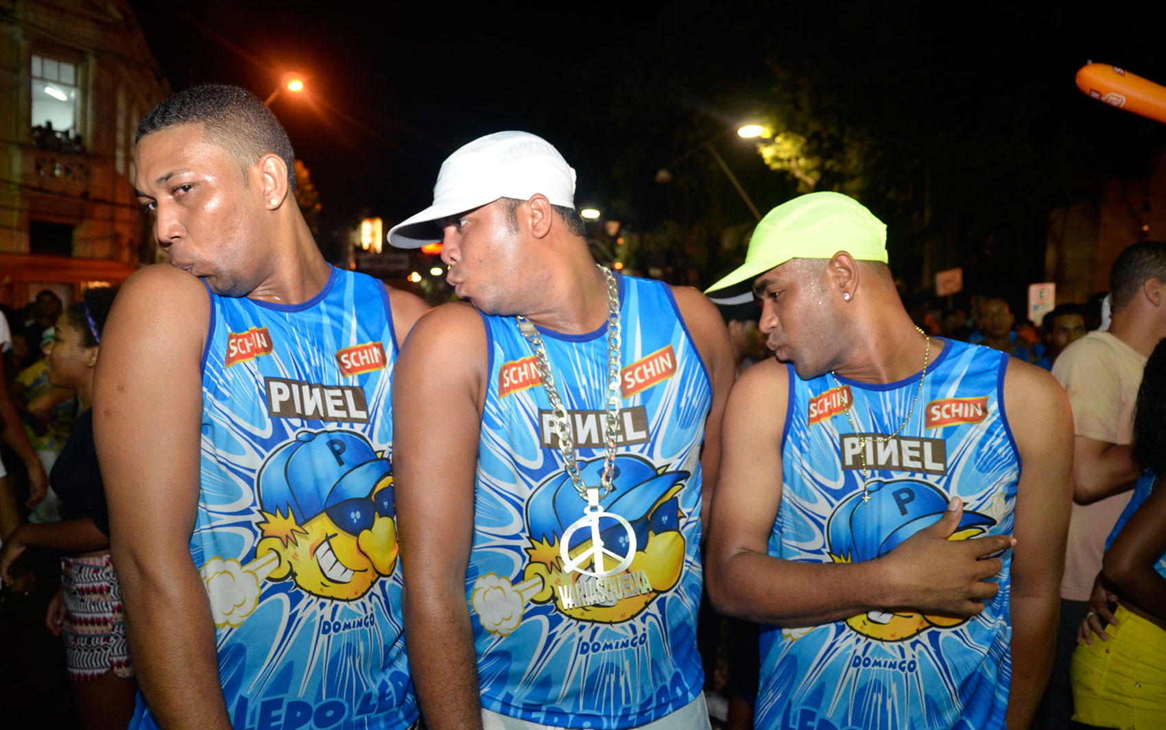 Foliões mandam 'Beijinho no Ombro' no carnaval de Salvador
