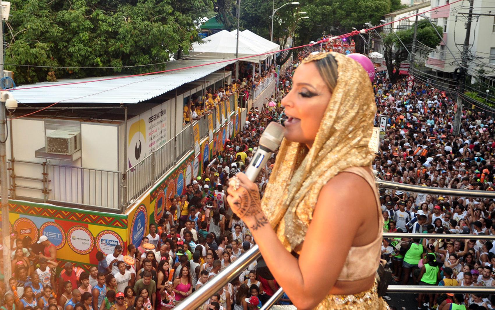 ,Claudia Leitte canta para fãs no circuito Osmar no Carnaval de Salvador