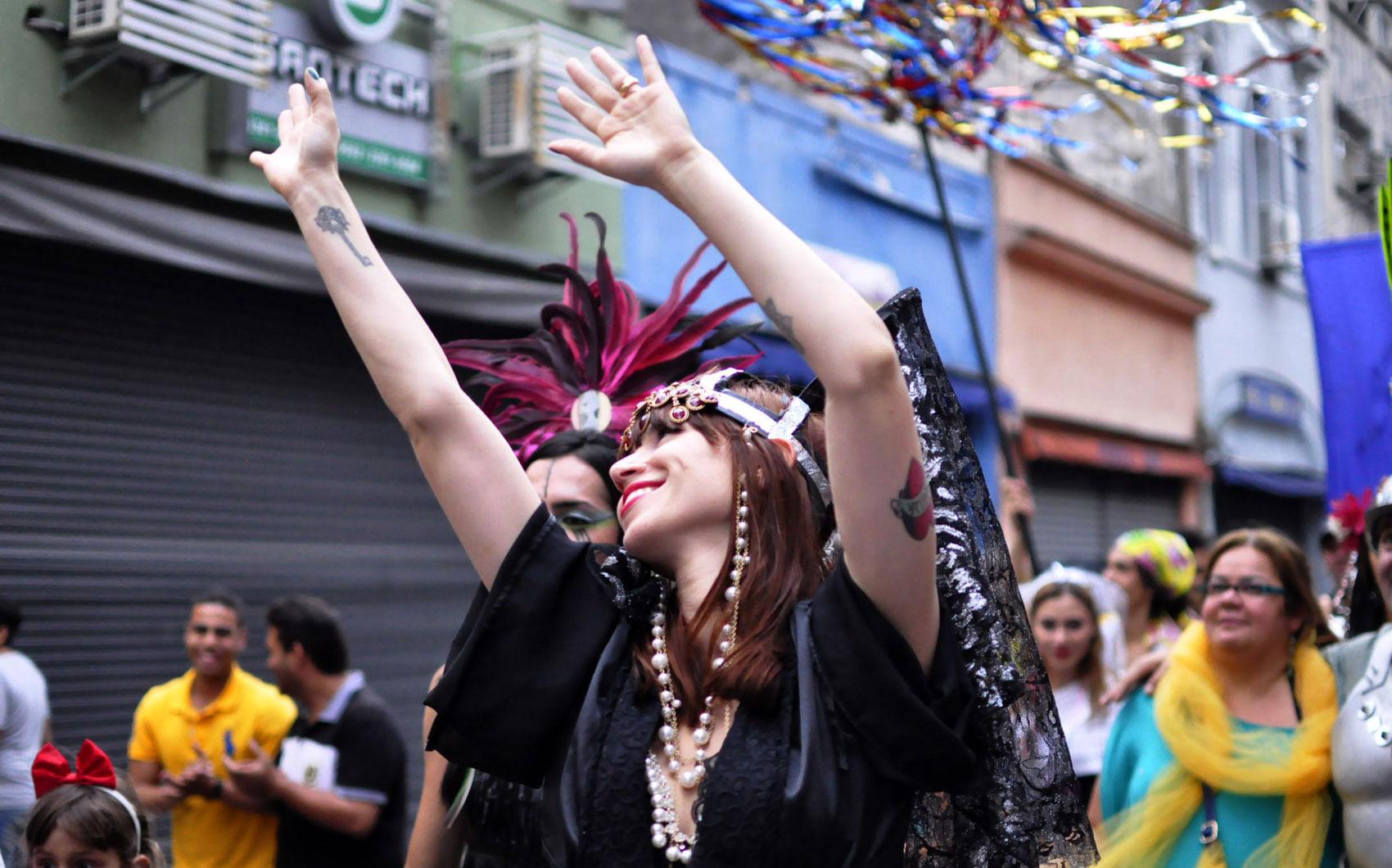 A atriz Mel Lisboa, madrinha do bloco Cordão do Triunfo aproveita o carnaval com os foliões do bloco que percorre as ruas da Cracolândia