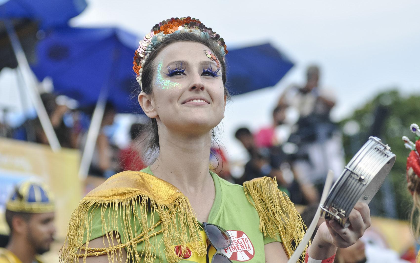 Integrante da banda do Sargento Pimenta se apresenta com bloco nesta segunda-feira (3) no Rio