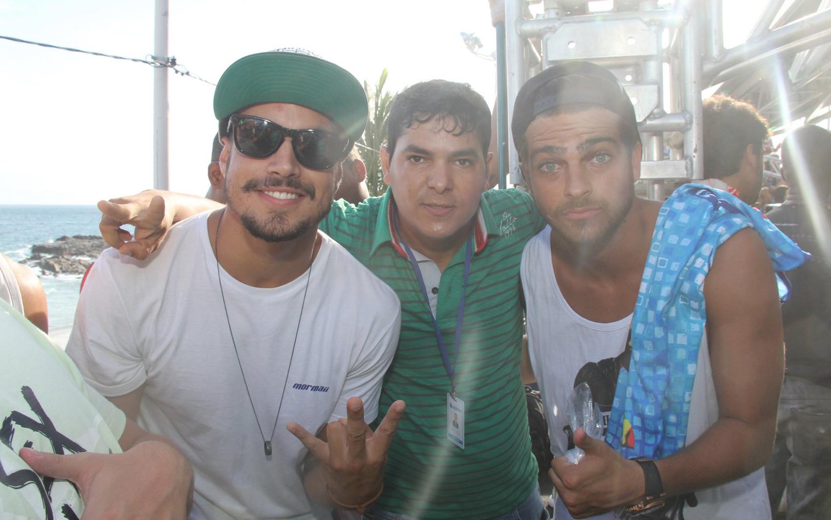 Os atores Caio Castro e Bernardo Mesquita posam para foto no trio da banda Cheiro de Amor no carnaval de Salvador