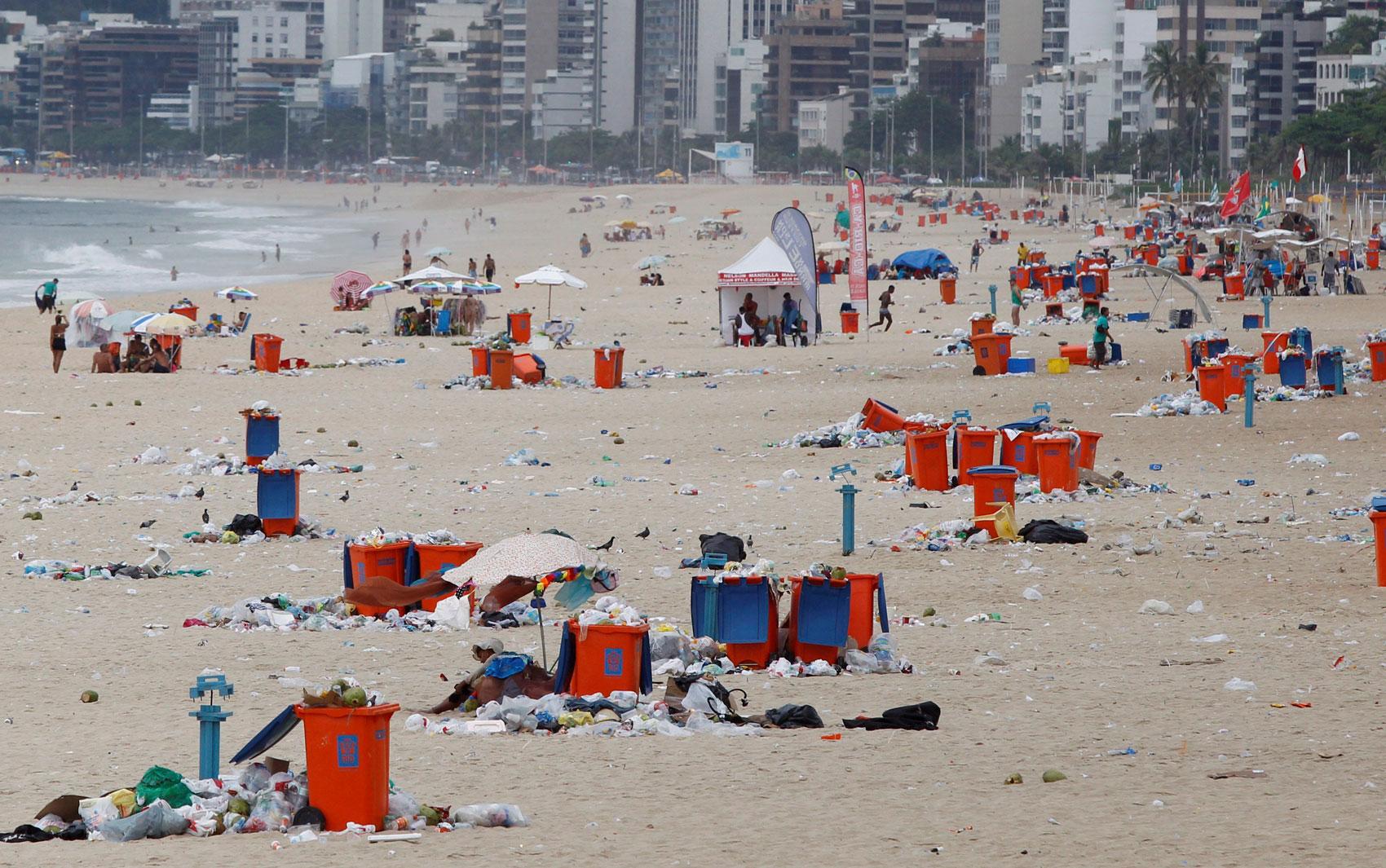 Praia de Ipanema tomada por lixo nesta quinta-feira
