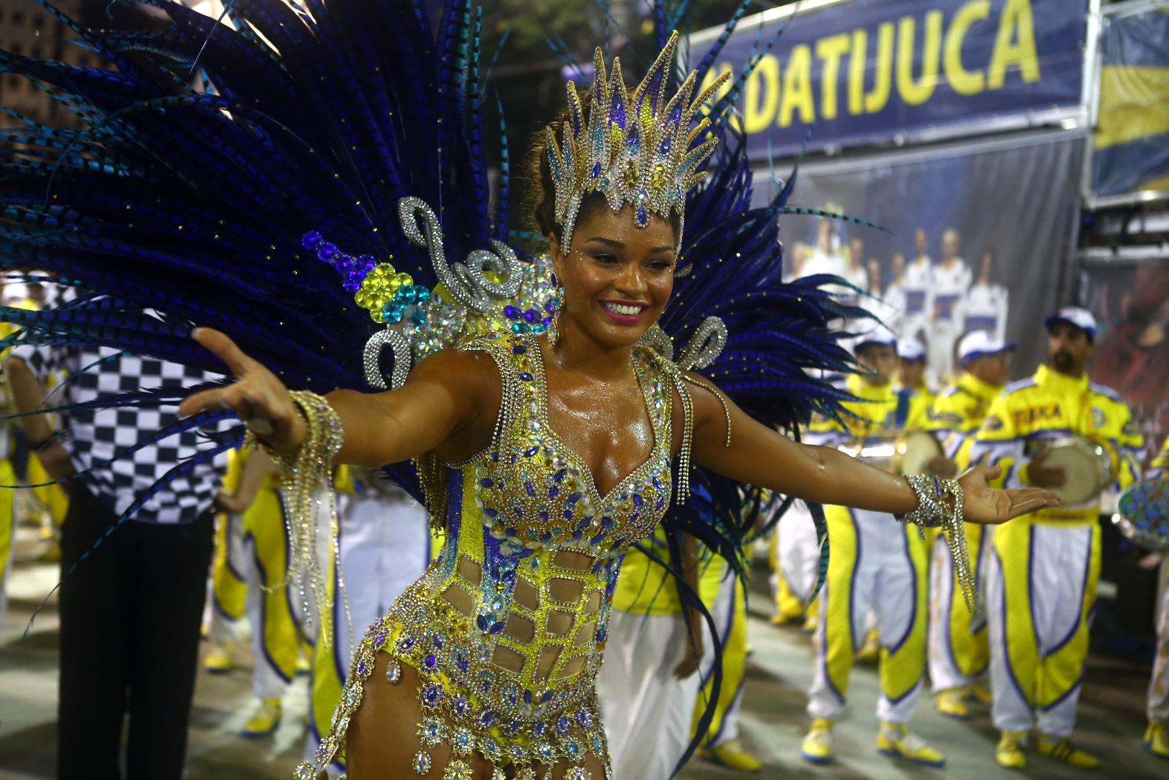 A rainha de bateria da Unidos da Tijuca, Juliana Alves, samba no desfile das campeãs do Rio de Janeiro