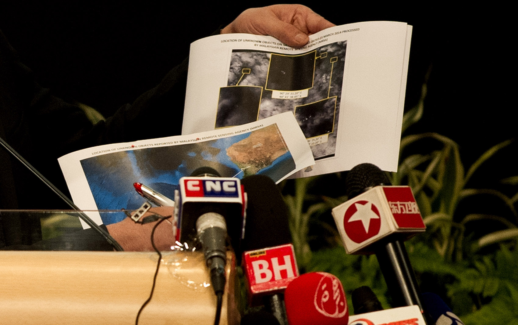 26/3 - Novas imagens de satélite revelam a presença de 122 objetos em uma das áreas de busca do sul do Oceano Índico, onde caiu o voo MH370 da Malaysia Airlines