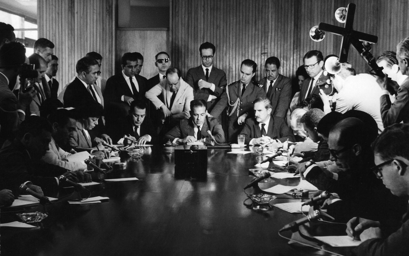 O presidente João Goulart (centro) durante entrevista coletiva em 31 de janeiro de 1963