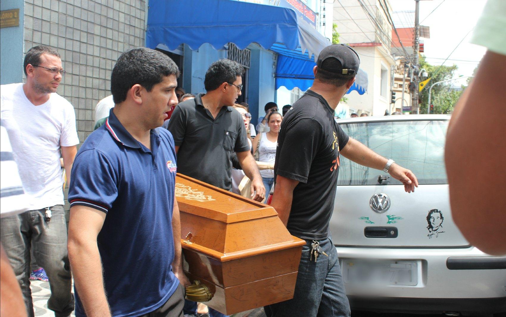 Corpo de vítima grávida é carregado para funerária