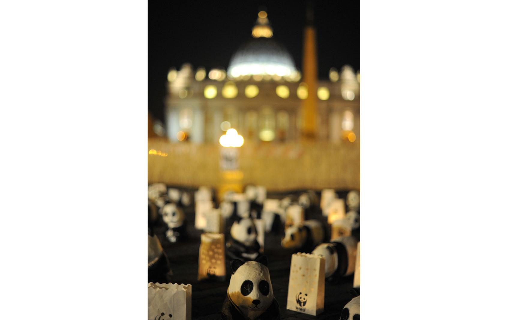 Ativistas da World Wide Fund (WWF) trazem 'pandas' à Praça São Pedro, no Vaticano, neste sábado (29) pela Hora do Planeta.
