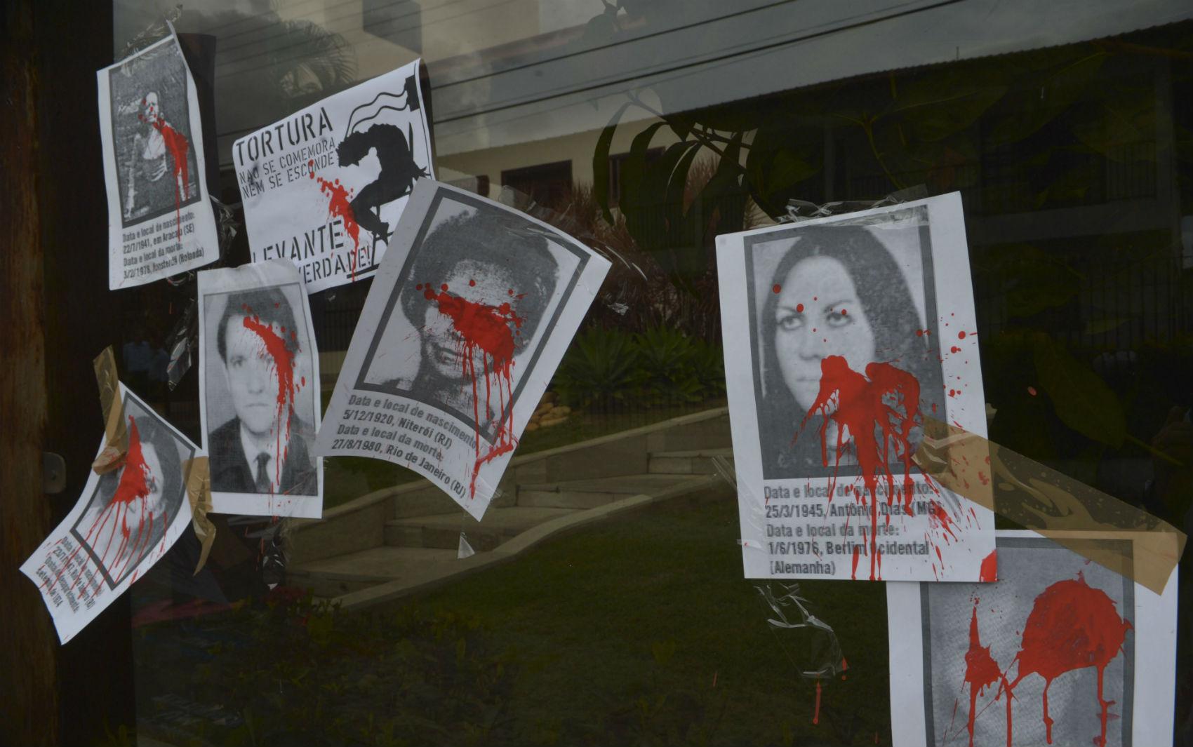 Brasília - Integrantes de movimentos sociais protestaram com faixas, cartazes e pichações no asfalto em frente a casa do coronel reformado Carlos Alberto Brilhante Ustra