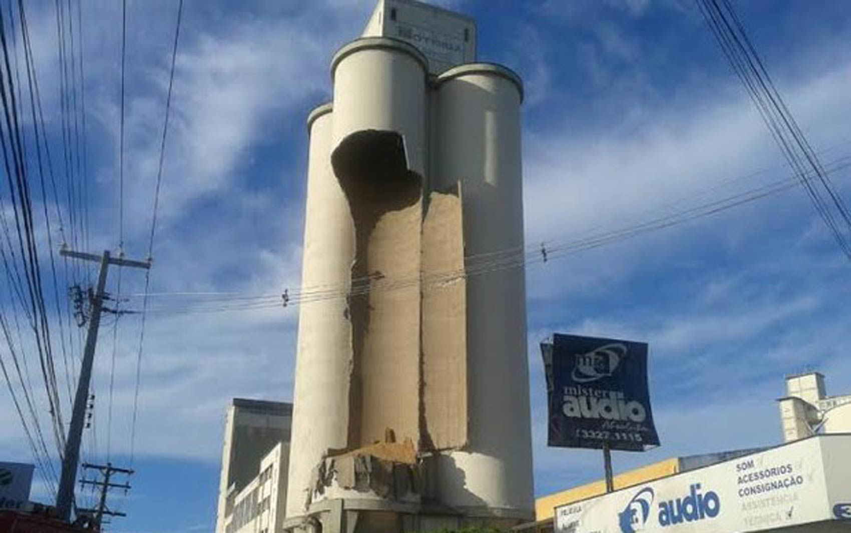 Parte da torre do Moinho Motrisa desaba em Maceió