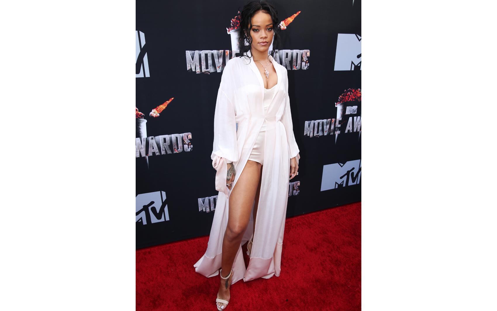 Rihanna mostra decote em vestido com as pernas de fora no tapete vermelho do MTV Movie Awards 2014