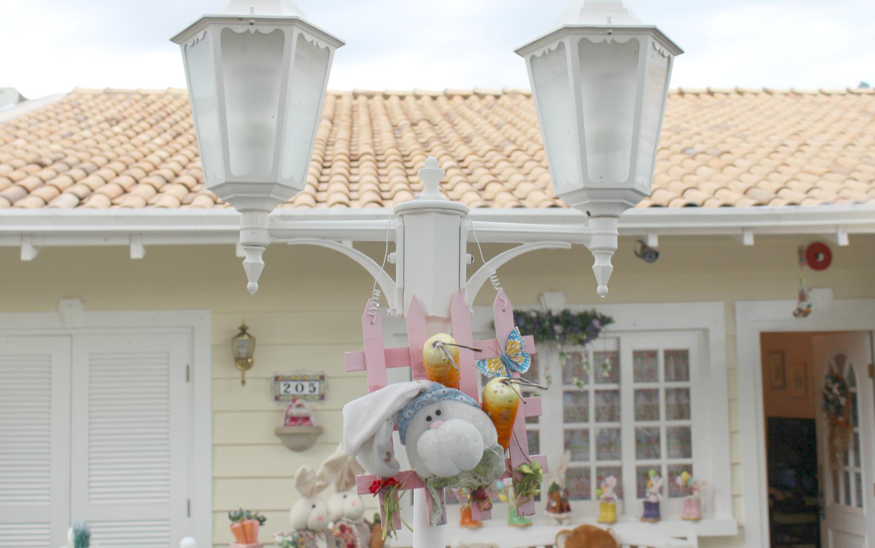 #956836 Poste de iluminação na frente da casa também recebeu enfeite de  1030 Portas E Janelas De Aluminio Campo Grande Ms