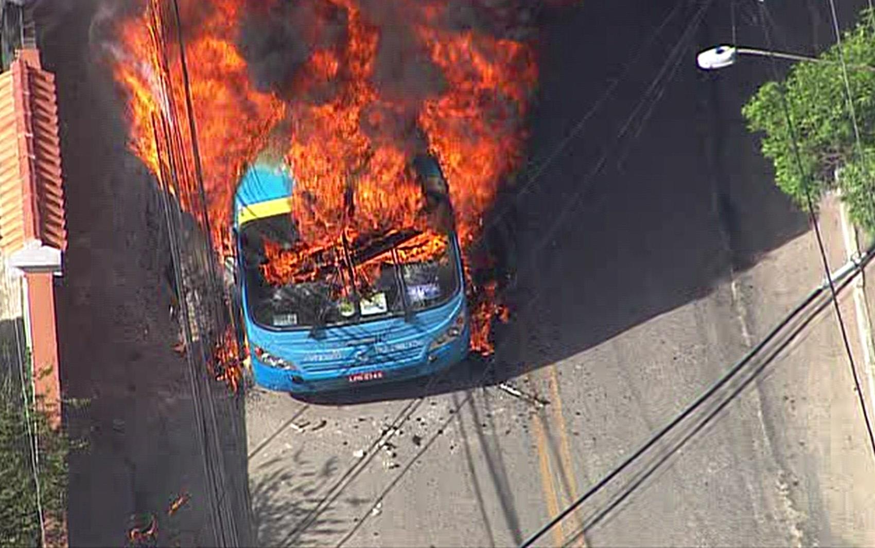 Veículos são queimados em protesto no bairro Caramujo, em Niterói