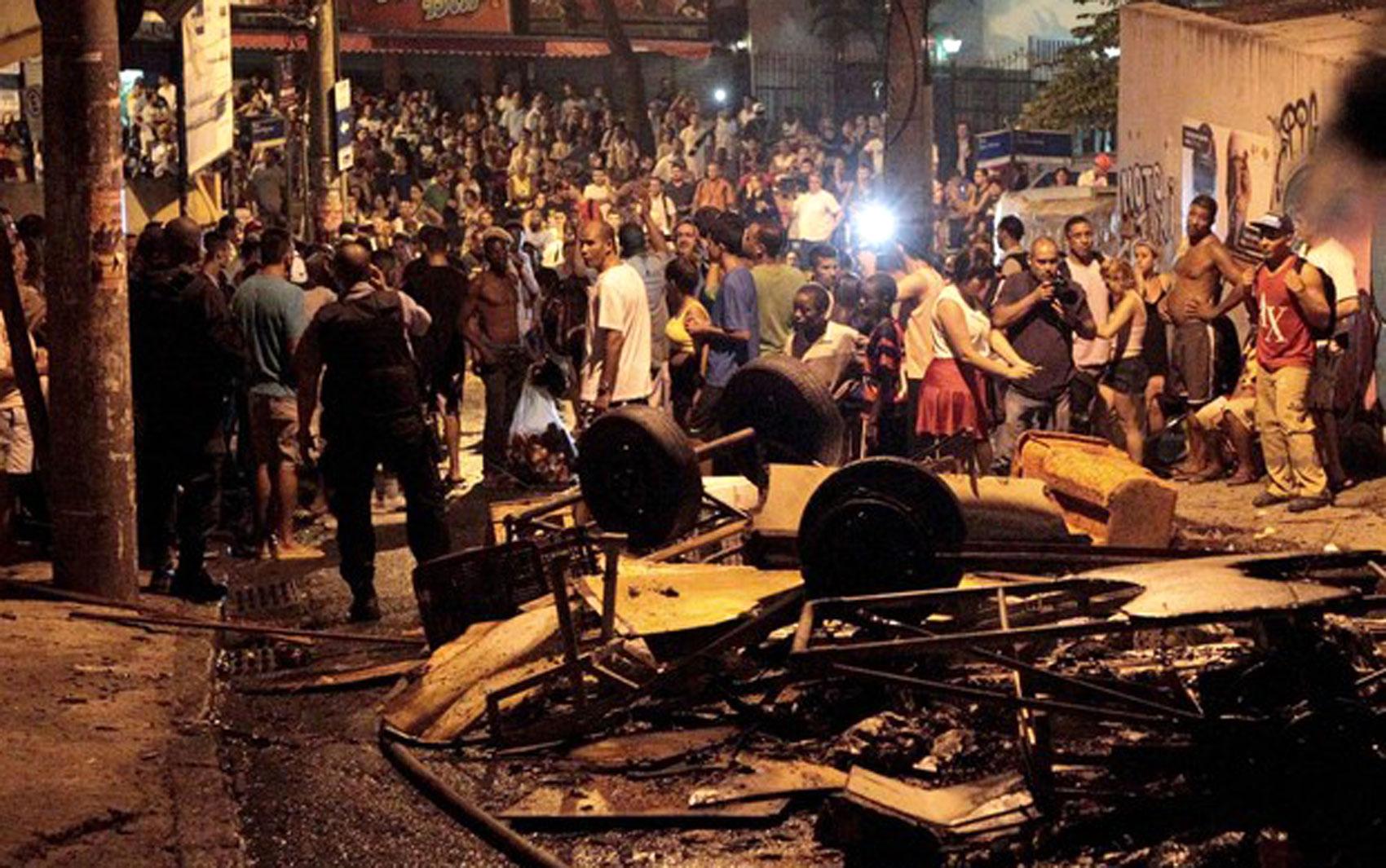 Barricada foi montada na subida da Rua Saint Roman, em Copacabana