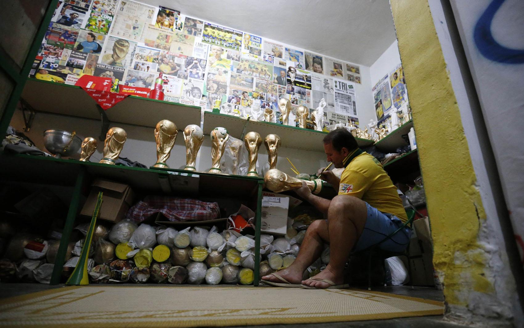 Jarbas trabalha em uma das réplicas da taça da Copa do Mundo no Rio de Janeiro