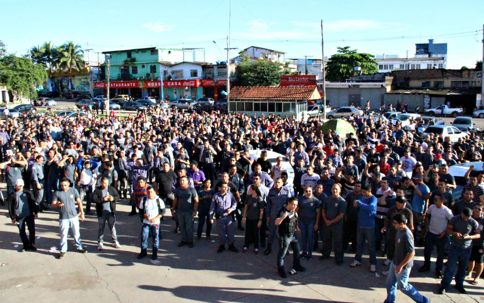 Protesto teve início na madrugada desta segunda, quando mais de 500 PMs se concentraram ao lado da Arena da Amazônia