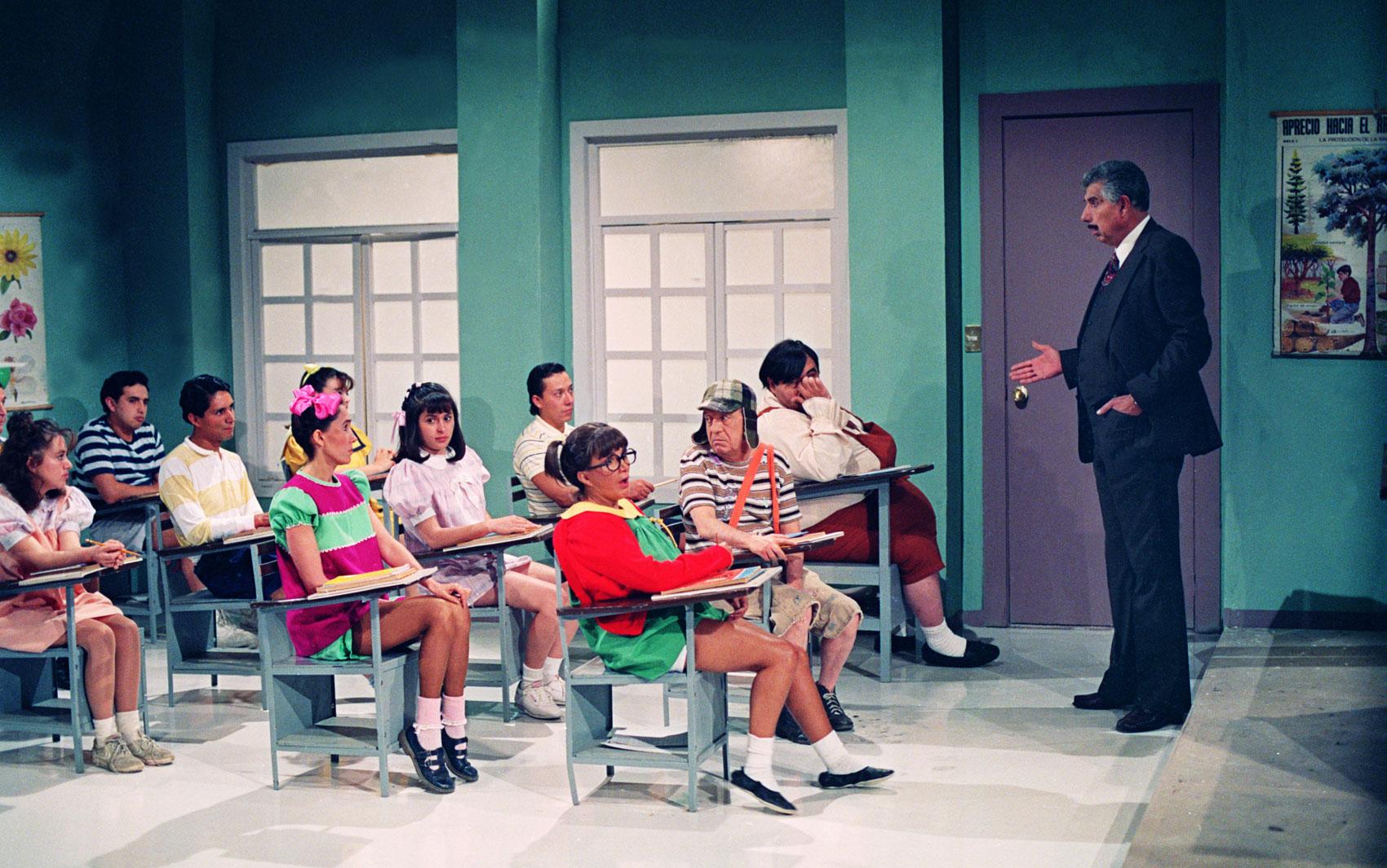 Chaves (Roberto Bolaños) e outros personagens da série durante uma aula do Professor Girafales (Rubén Aguirre)