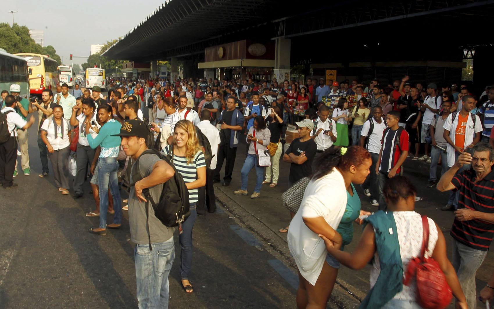 Passageiros que aguardavam ônibus na Av Presidente Vargas, ao lado da Central do Brasil, fecham a pista lateral de descida sentido zona norte