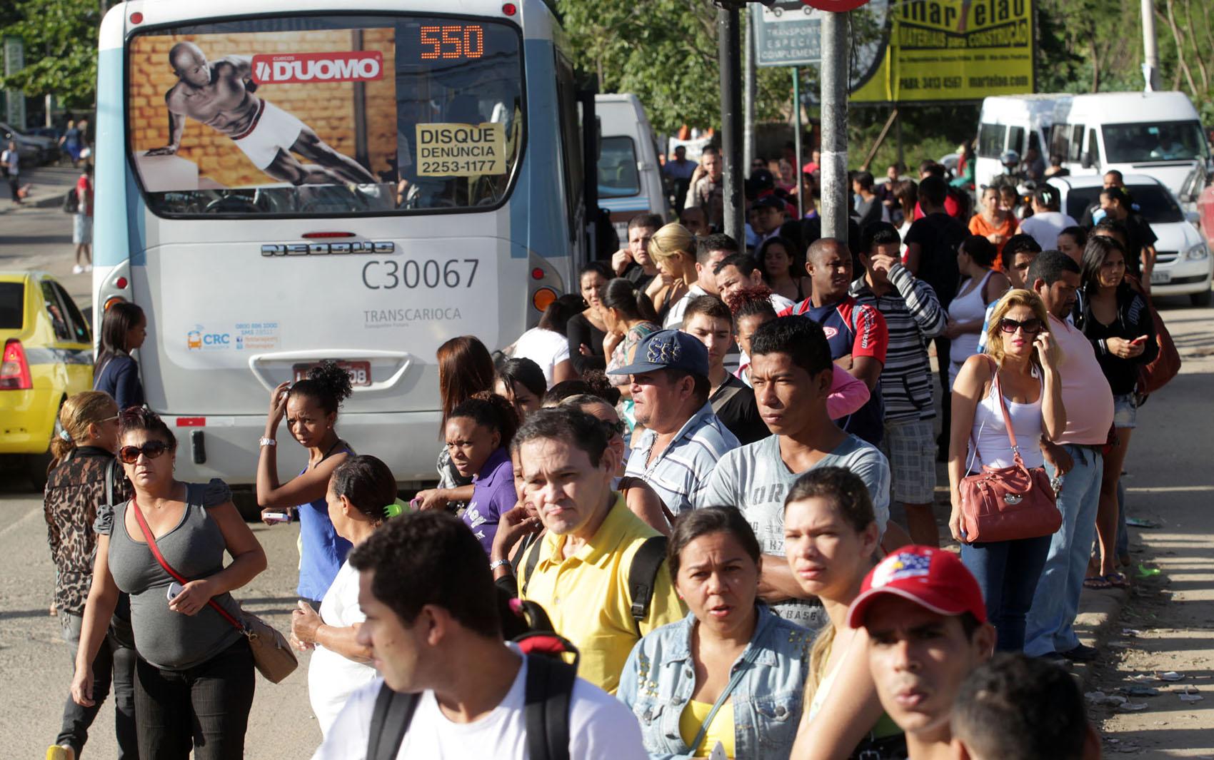 Passageiros em ponto em Rio das Pedras, Zona Oeste, onde vans cobravam até R$ 10