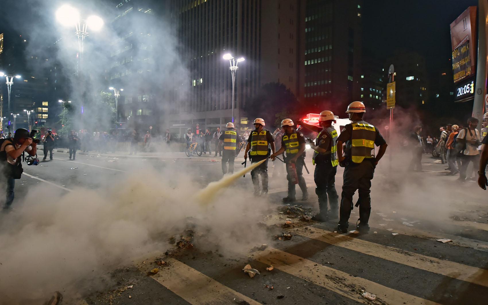 Policiais apagam fogo após manifestação em São Paulo