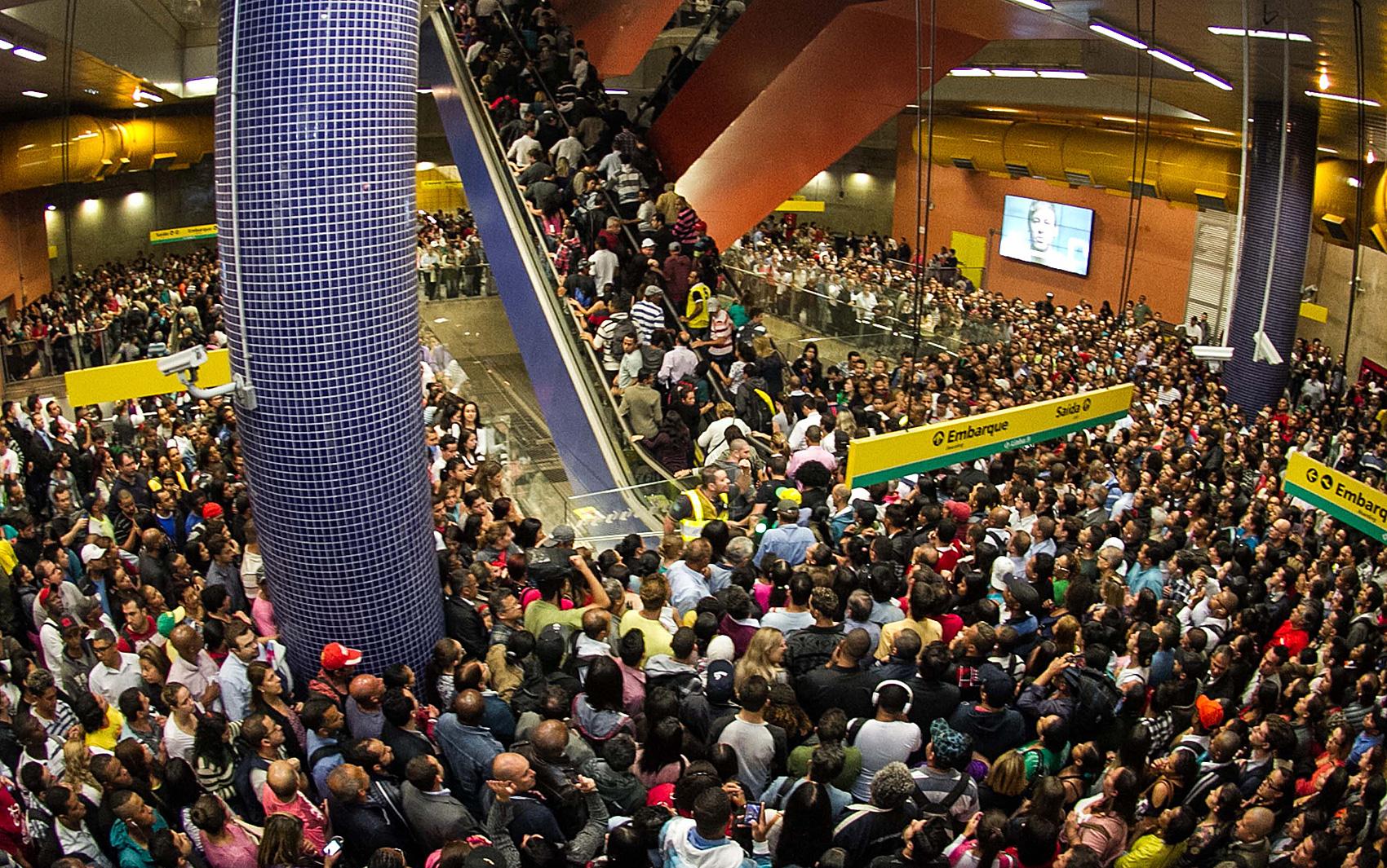Aglomeração de passageiros na Estação Pinheiros do Metrô de São Paulo em paralisação de motoristas nesta terça (20)