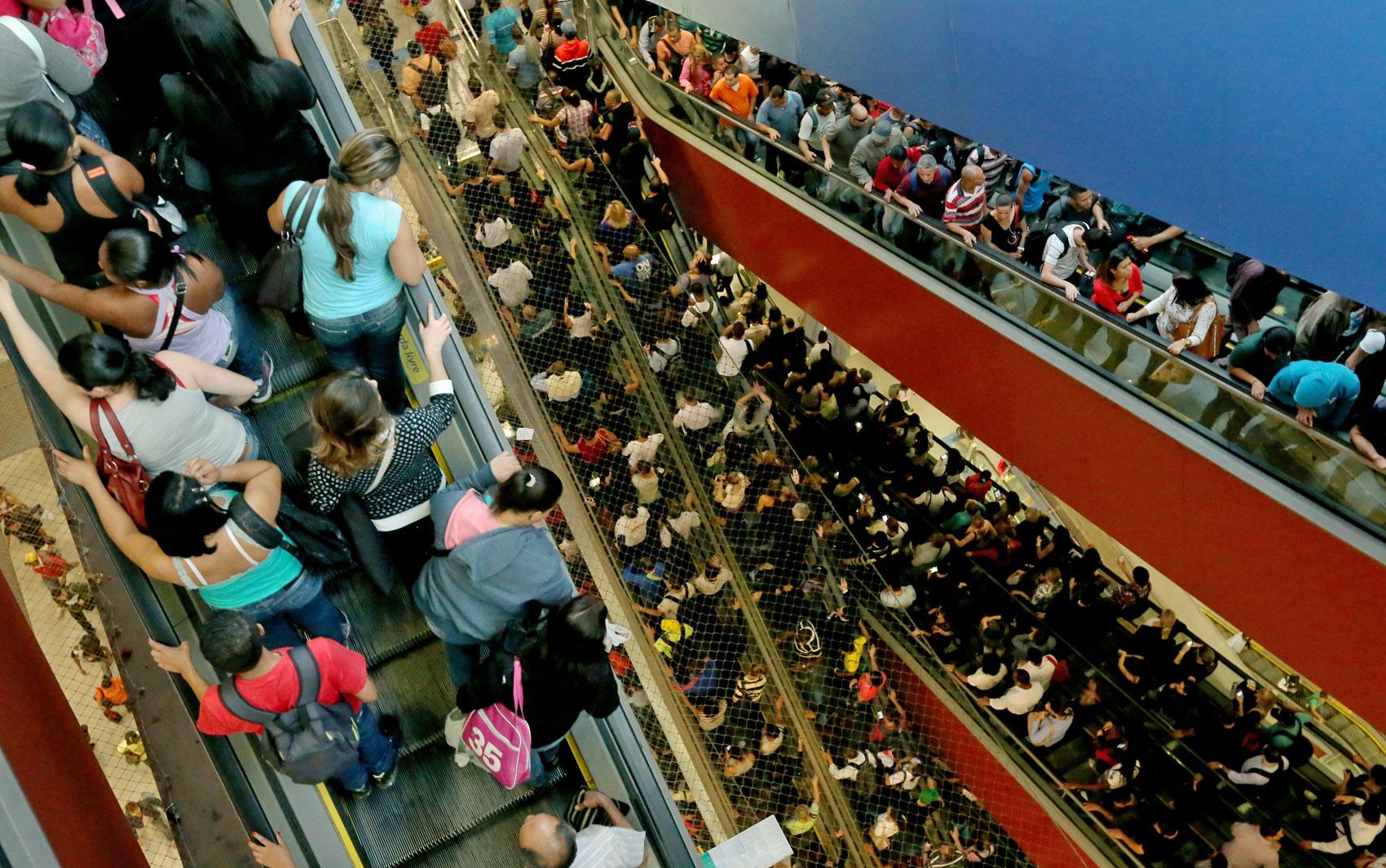 Circulação de passageiros na Estação Pinheiros do Metrô de São Paulo, na zona oeste da capital paulista, na tarde de quarta-feira (21)