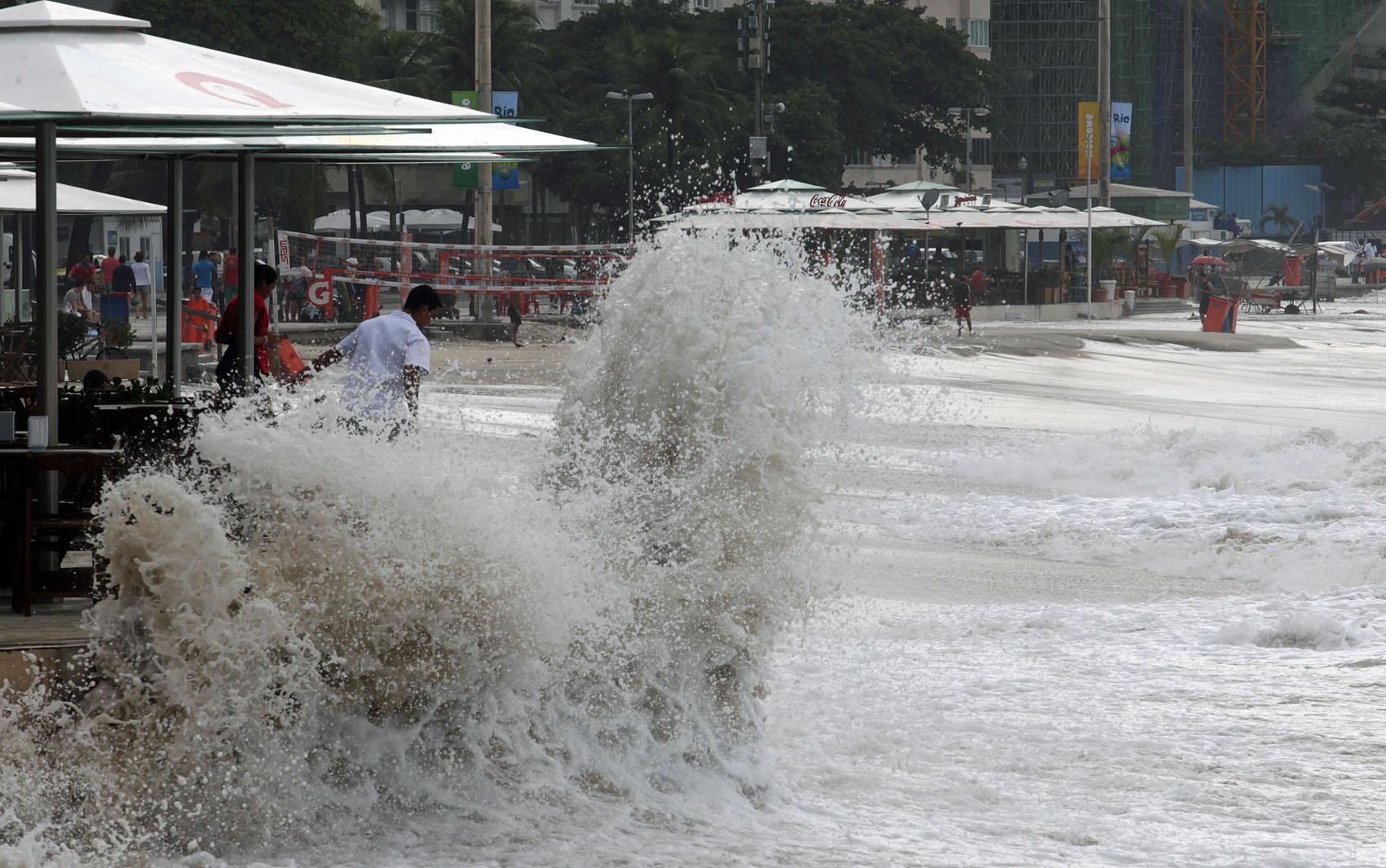 Ondas atingem quiosques e o calçadão da   Praia de Copacabana, na zona sul do Rio de Janeiro, devido a ressaca provocada pela  frente fria que atinge a cidade