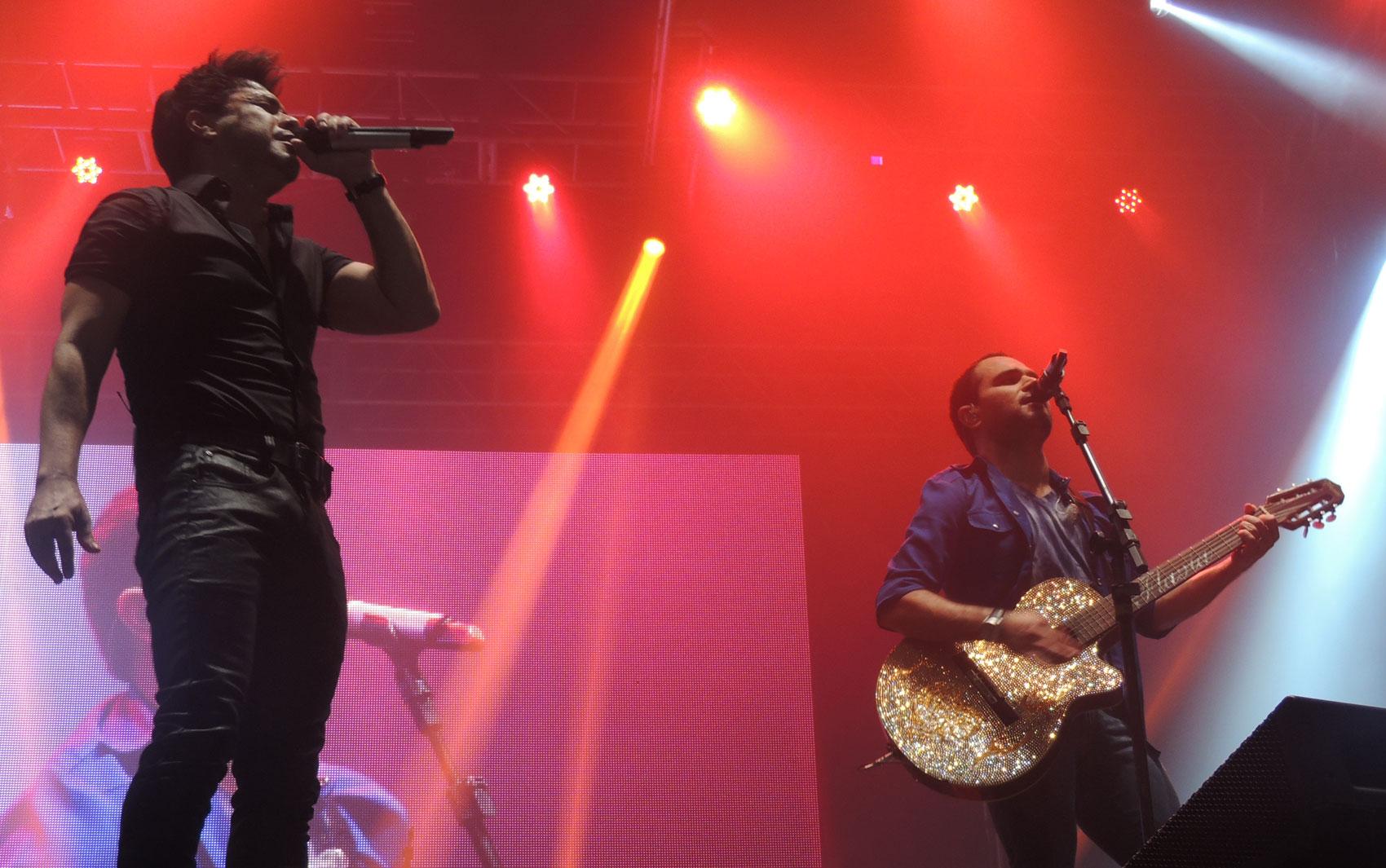 A dupla Zezé di Camargo e Luciano arrancou gritos e lágrimas de fãs apaixonadas.