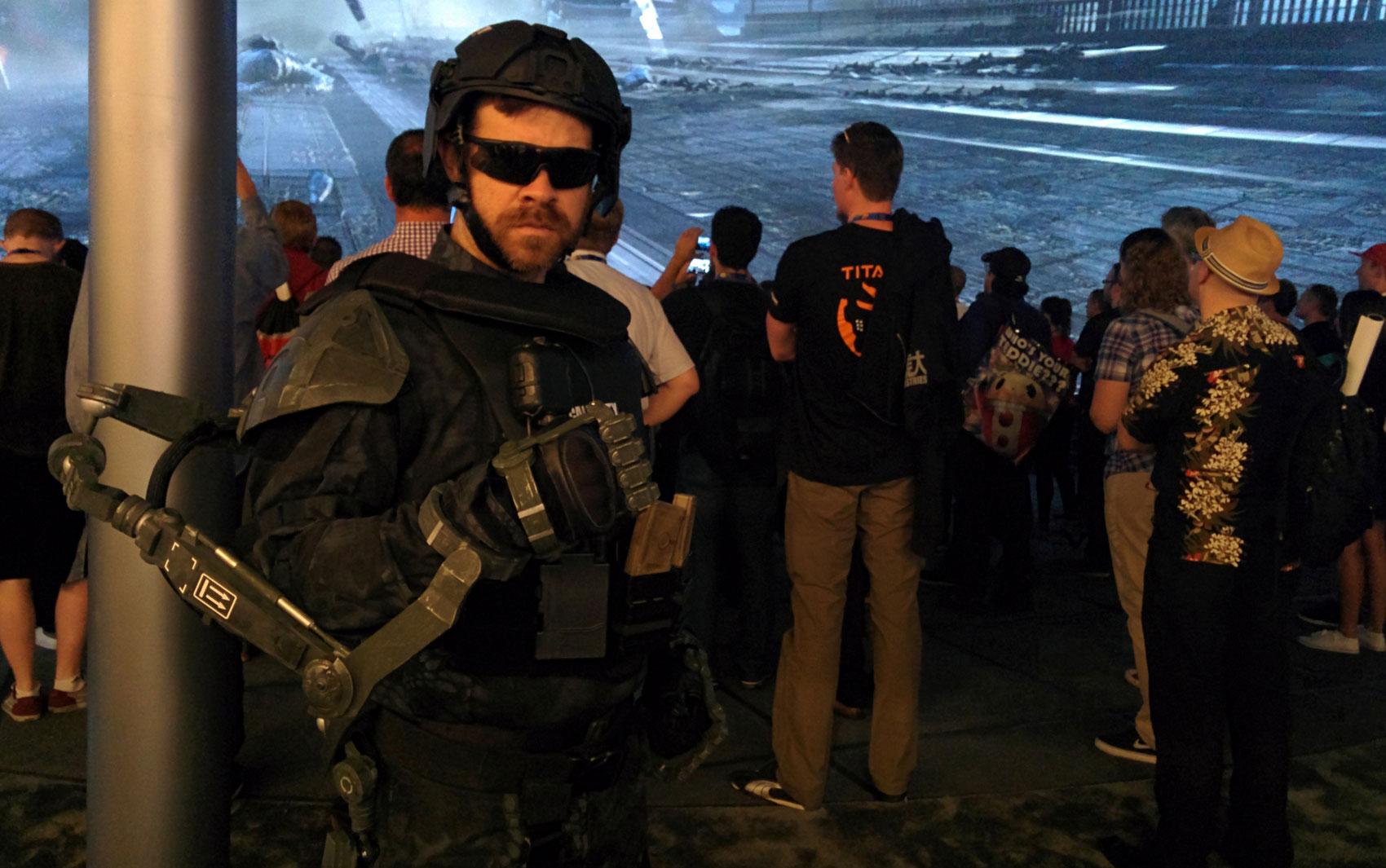 1/06 - Estande da Activision tem 'personagens' com exoesqueletos de 'Call of Duty: Advanced Warfare'