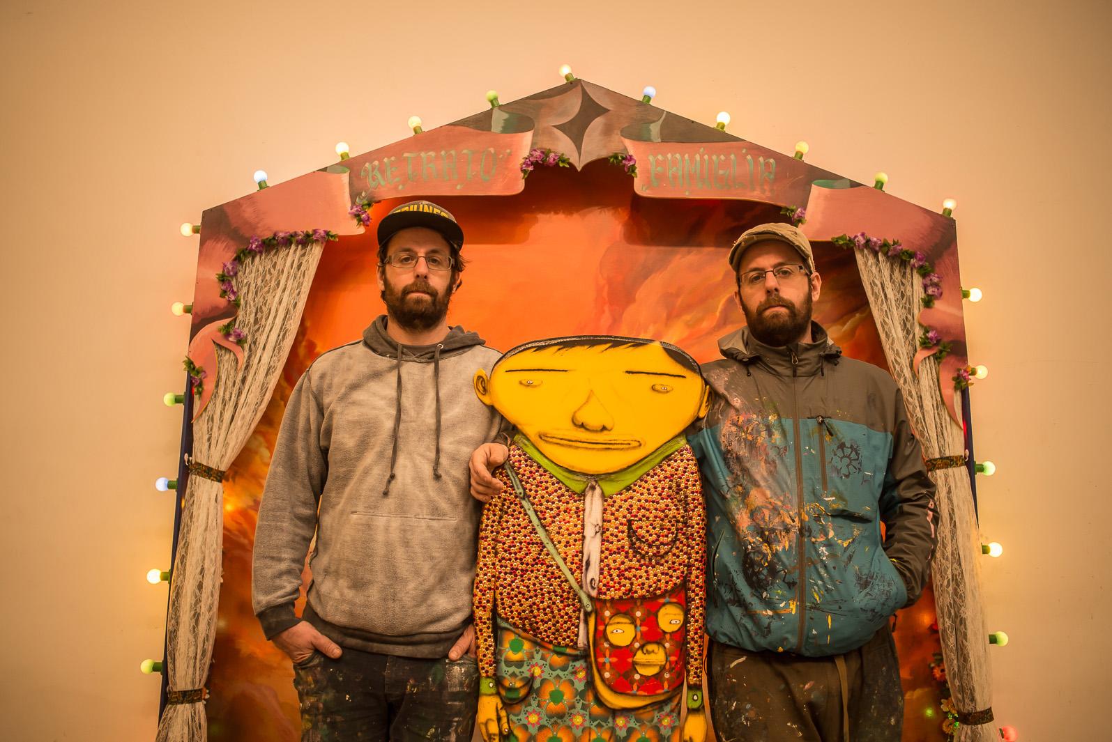 Gustavo e Otávio Pandolfo posam para foto na exposição 'A ópera da Lua' no Galpão Fortes Vilaça.
