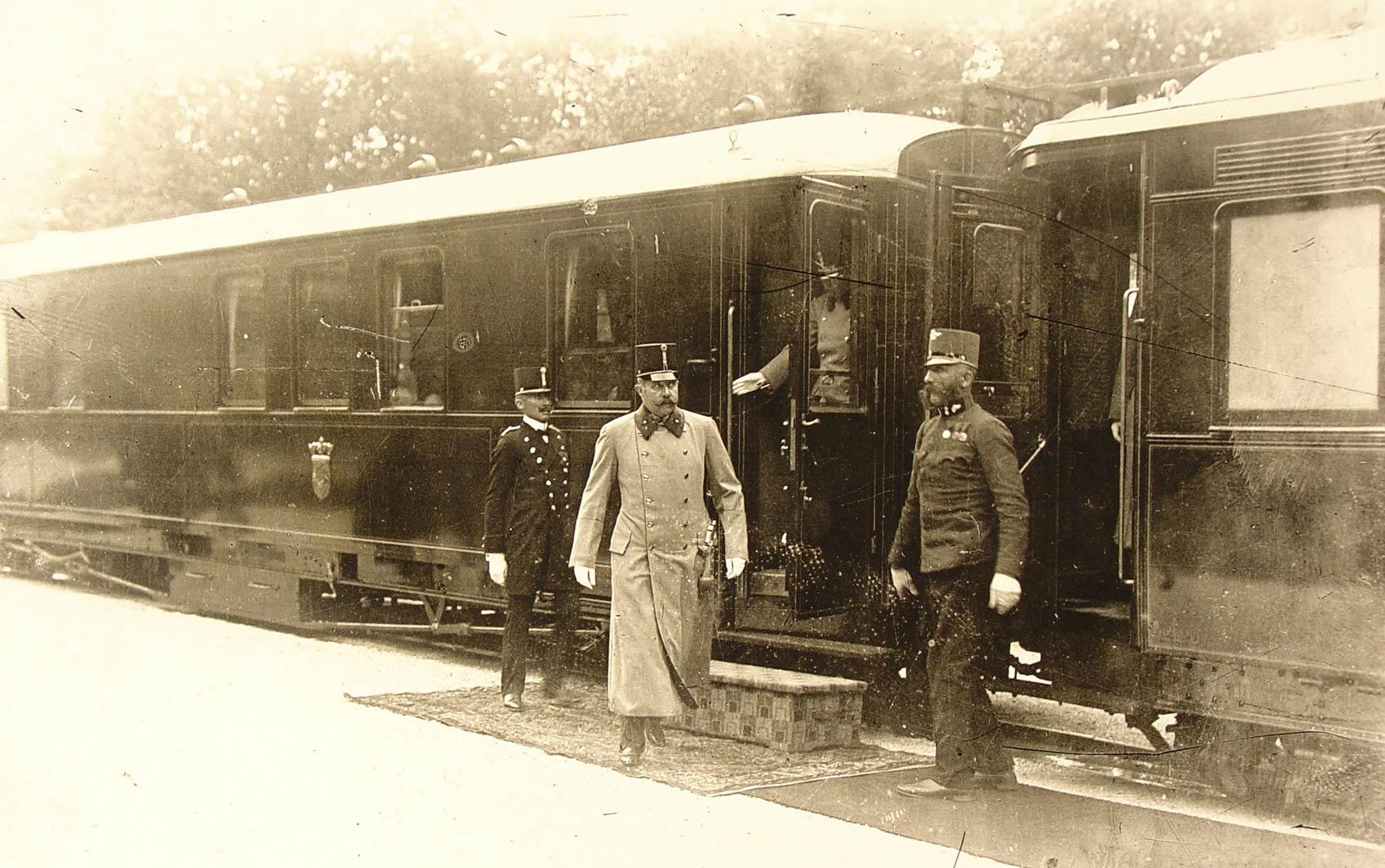 O arquiduque austríaco Francisco Ferdinando deixa seu trem em 27 de junho de 1914, um dia antes de seu assassinato, em Sarajevo. o futuro imperador austro-húngaro que planejava ceder poder aos eslavos foi assassinado por um nacionalista sérvio bósnio