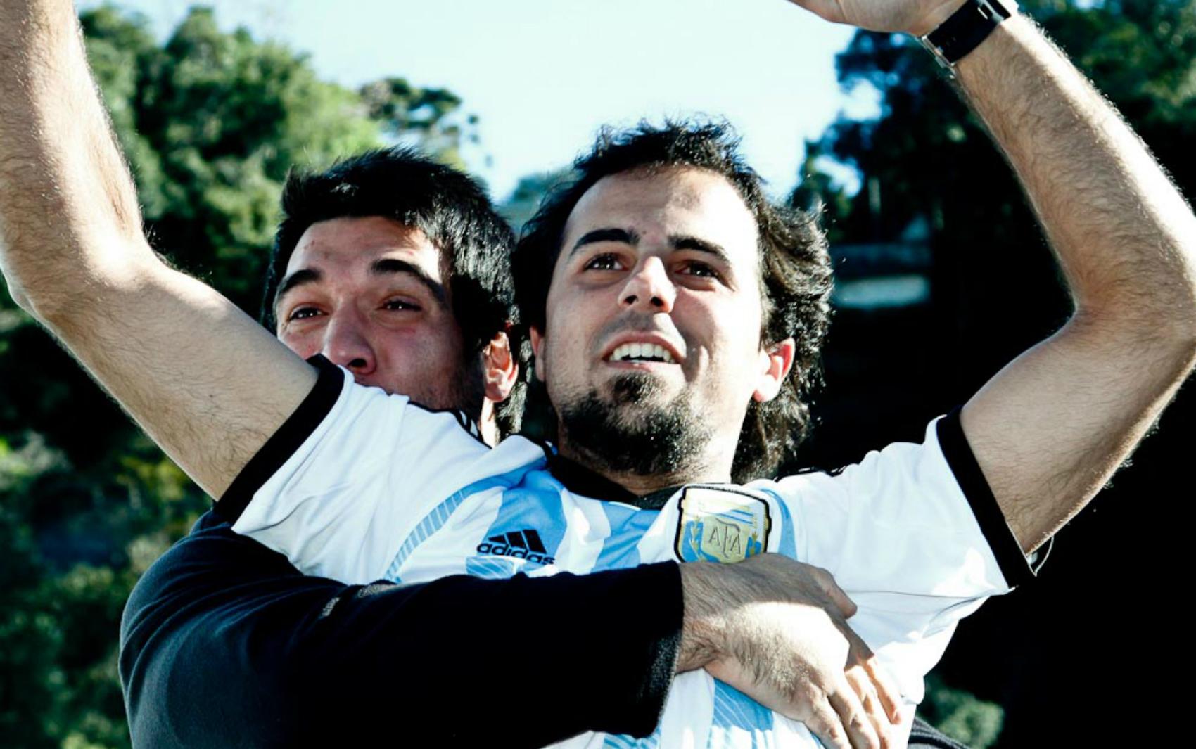 Torcedores comemoram gol da Argentina que garantiu a classificação nas quartas-de-final