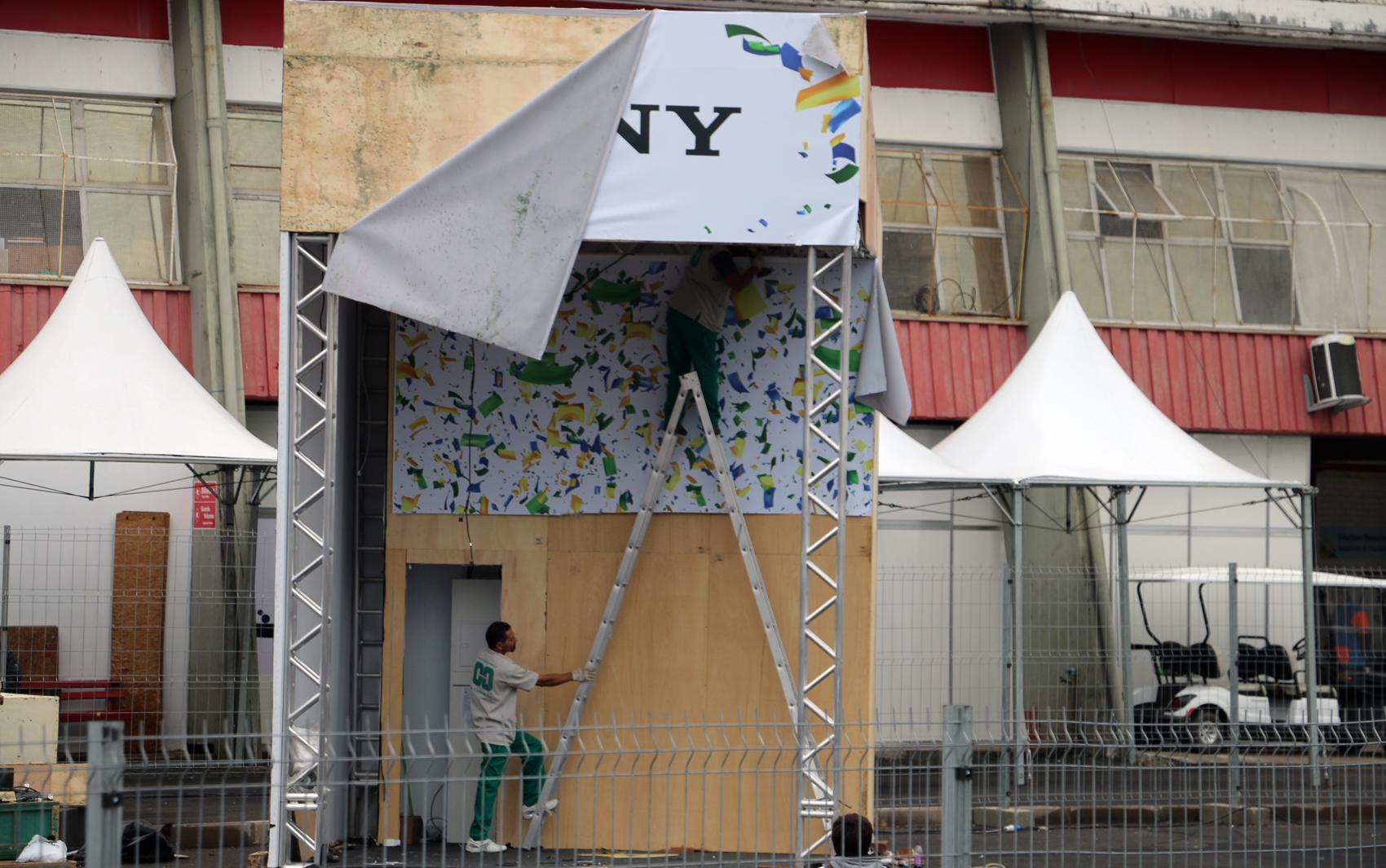 Funcionários desmontam estrutura no complexo do Beira-Rio.