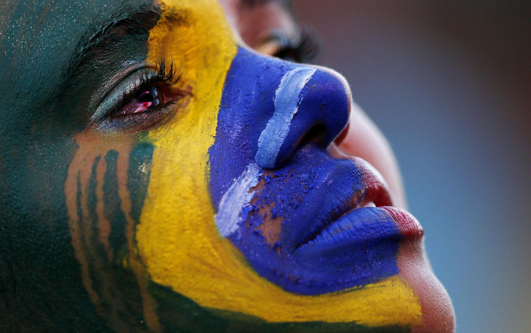 Mulher chora após a derrota do Brasil na semifinal, na Fan Fest em Brasília